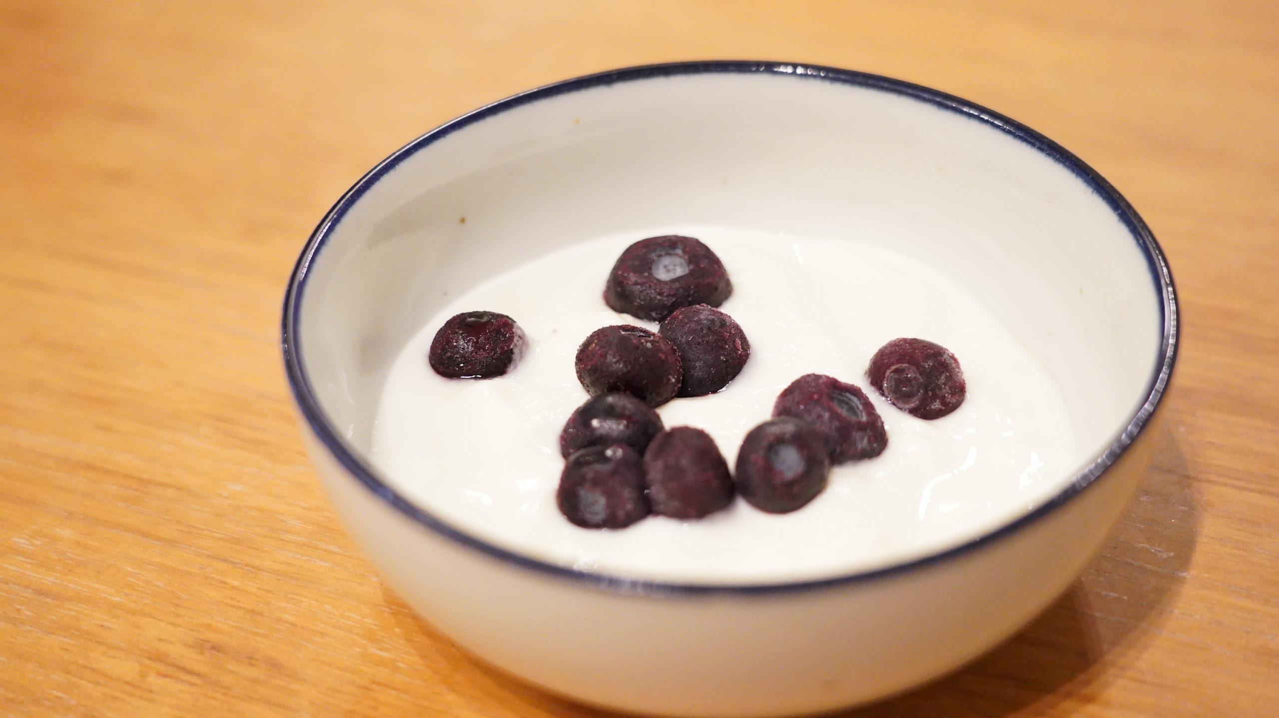 セブンイレブンの冷凍食品「ほどよい香りと酸味・ブルーベリー」をヨーグルトに入れた写真