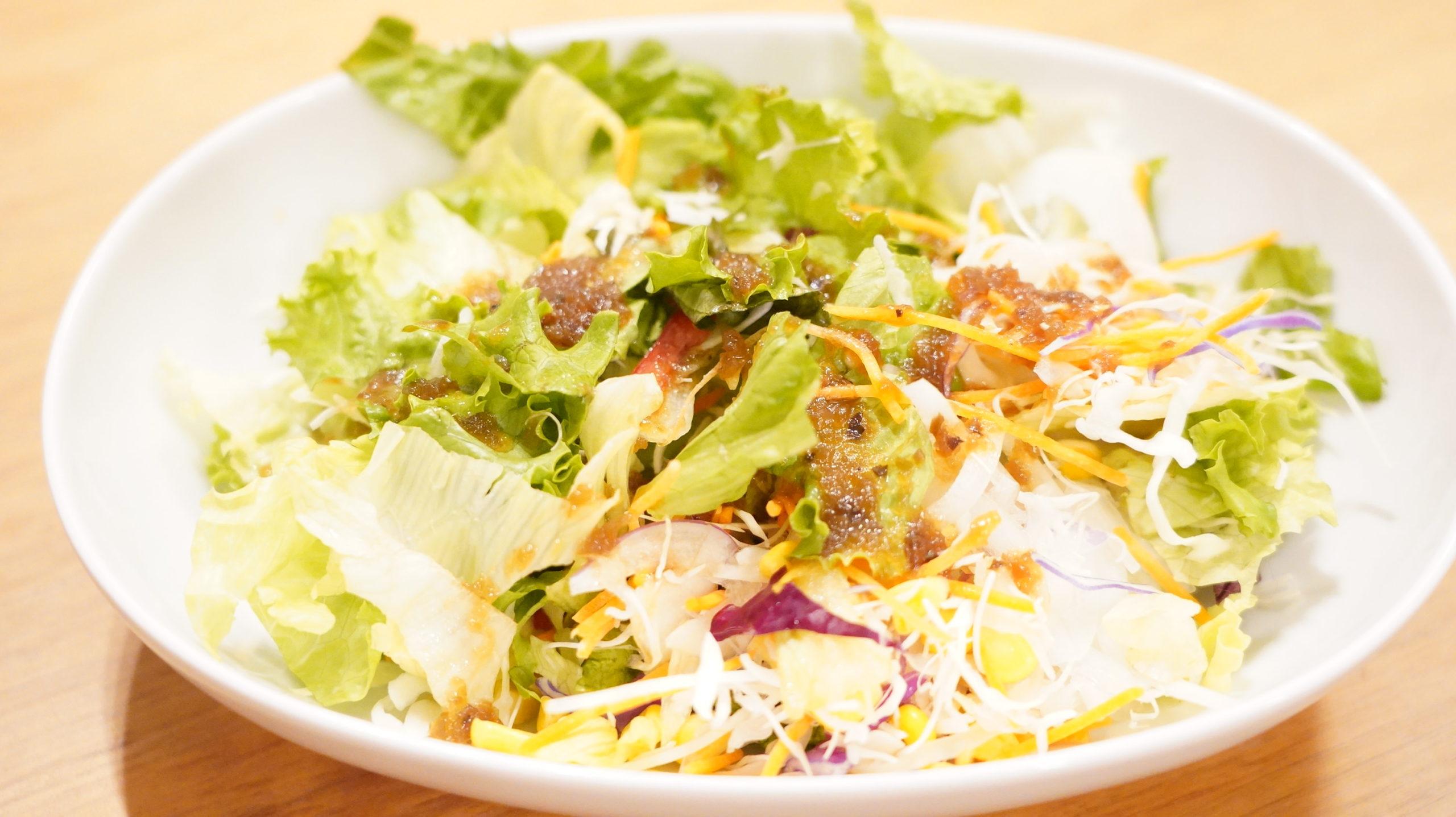 生協の宅配「おうちコープ」の野菜たっぷり和風ドレッシングをかけたサラダ