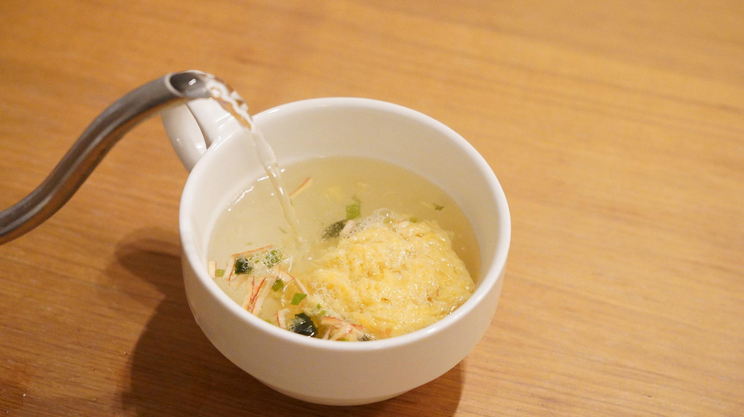 生協の宅配「おうちコープ」のたまごスープのフリーズドライにお湯を注いでいる写真