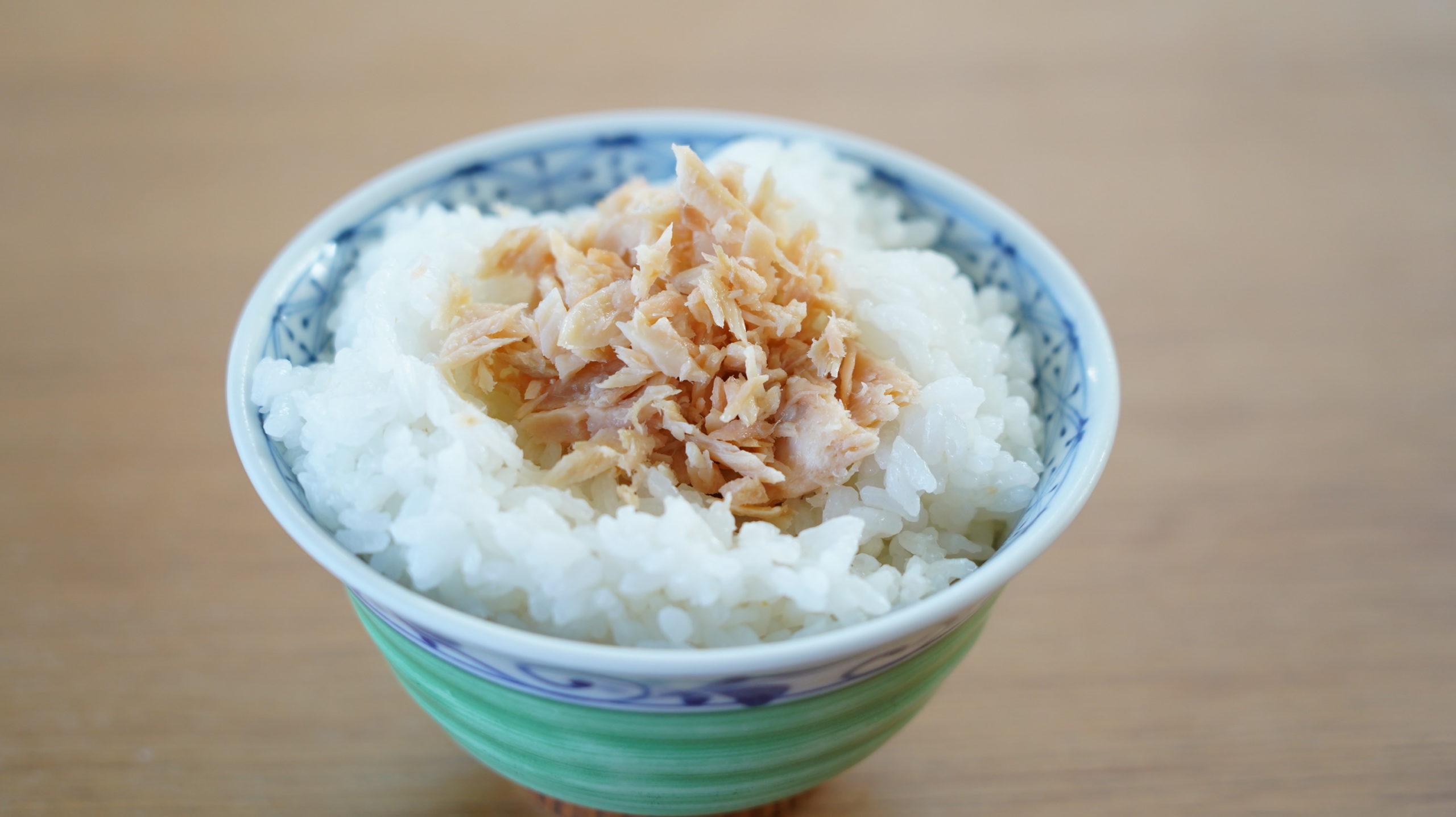 生協の宅配「おうちコープ」の荒ほぐし鮭をご飯に盛り付けた写真