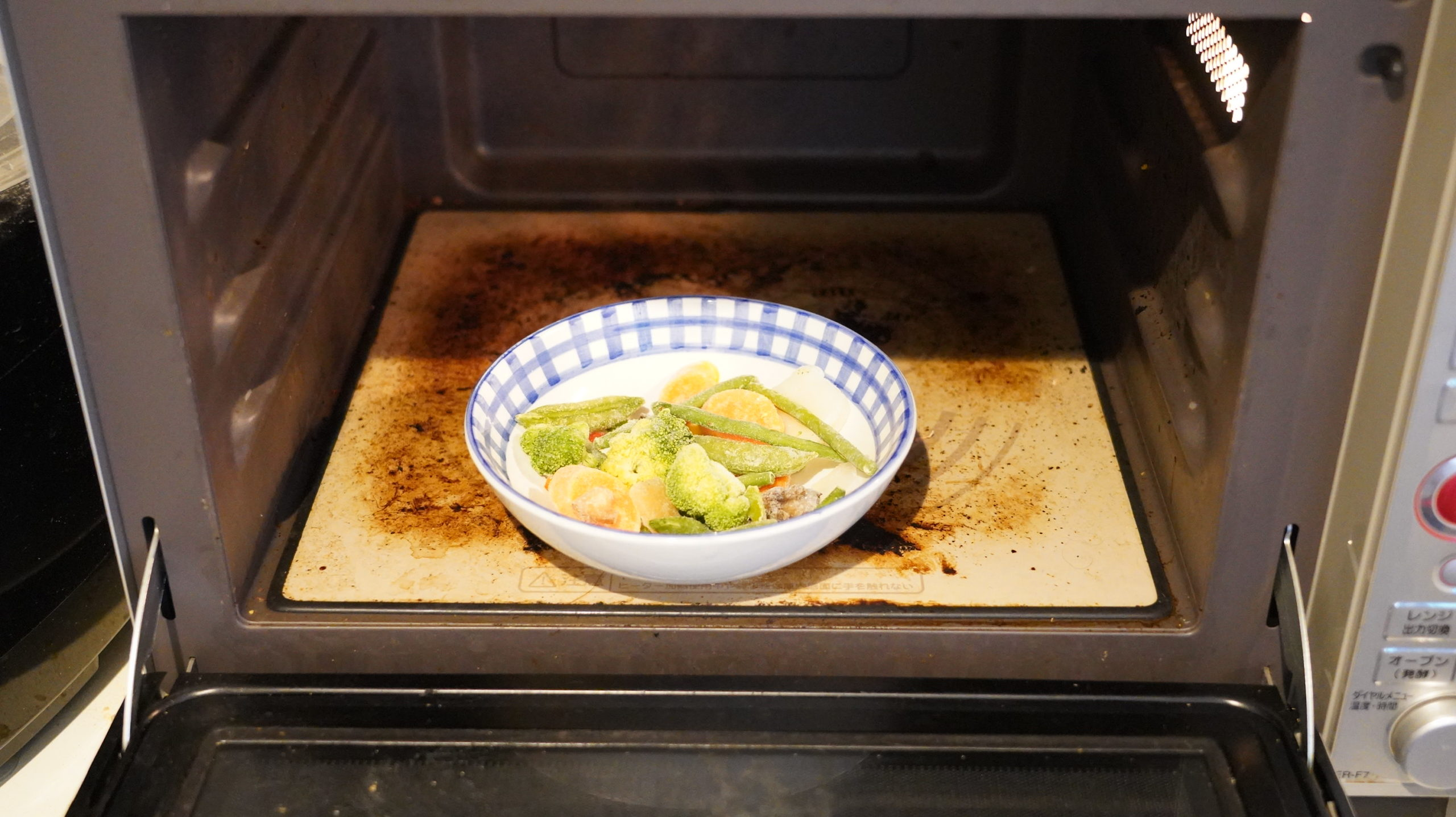 コストコの冷凍食品「ステアフライ・ベジタブルブレンド」を電子レンジで加熱している写真