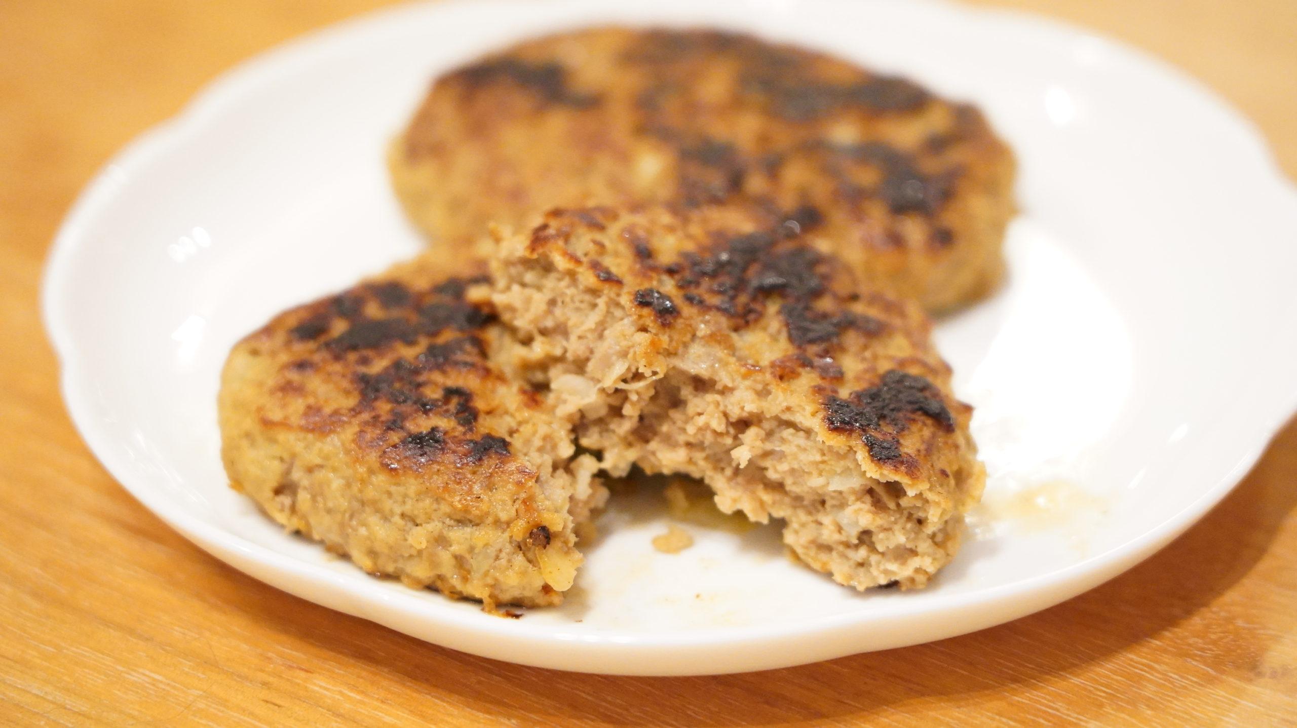 コストコの冷凍食品「香ばしグリエ・ハンバーグ」の断面の写真