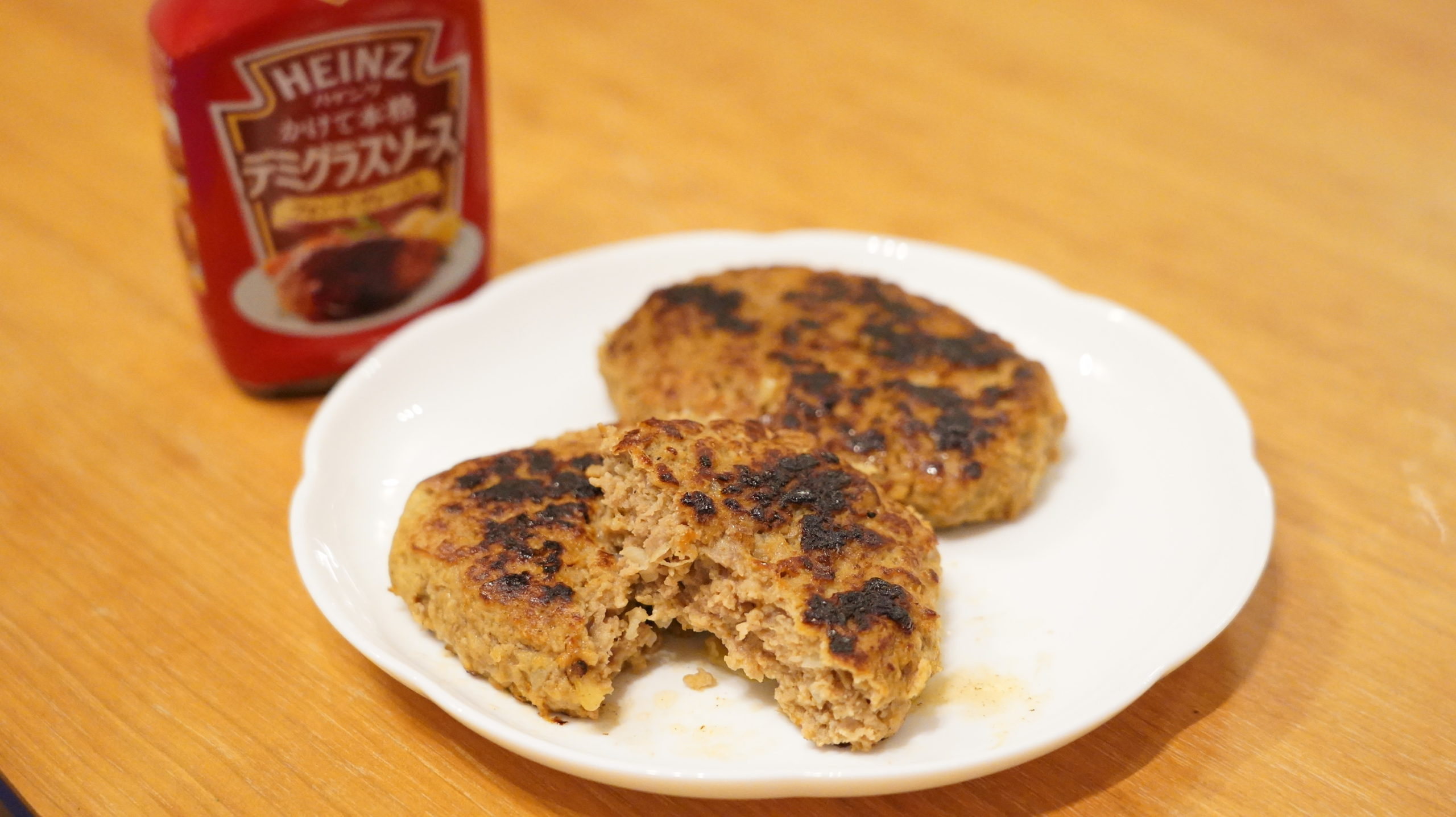 コストコの冷凍食品「香ばしグリエ・ハンバーグ」とデミグラスソースの写真