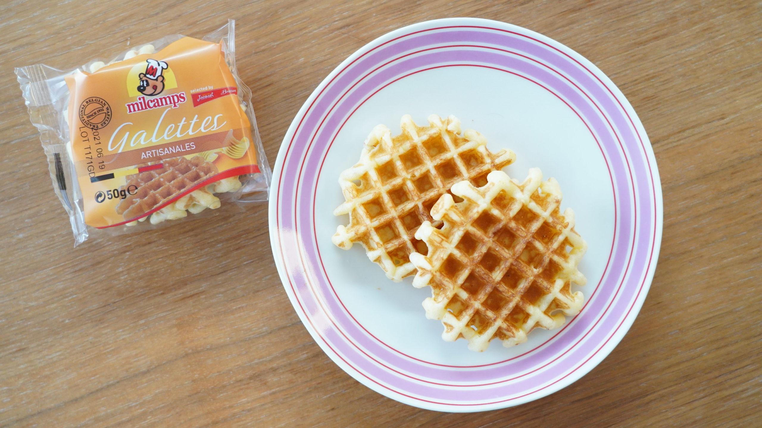 コストコの冷凍食品「ベルギー・バターワッフル」の袋と皿に盛ったワッフルの写真