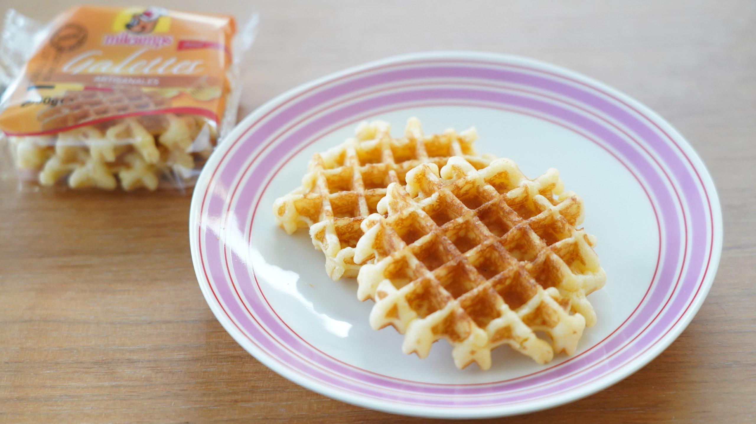 コストコの冷凍食品「ベルギー・バターワッフル」を皿に盛り付けた写真