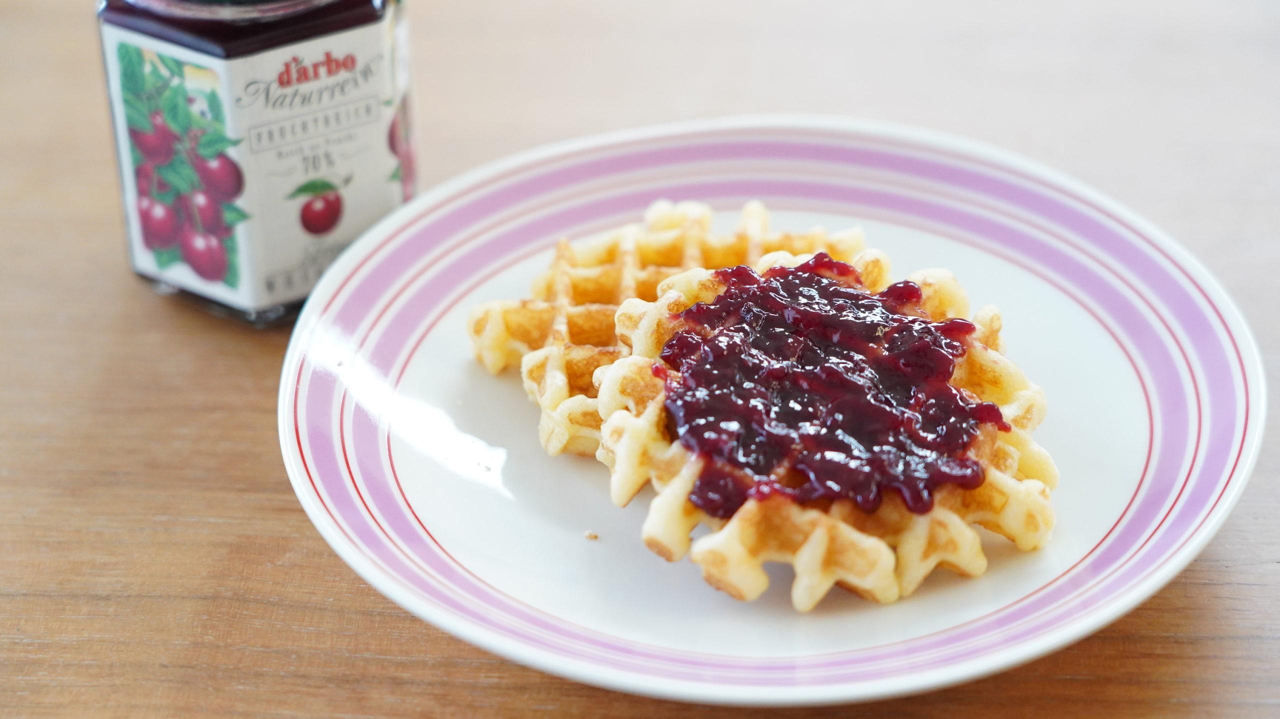 コストコの冷凍食品「ベルギー・バターワッフル」にジャムをかけた写真