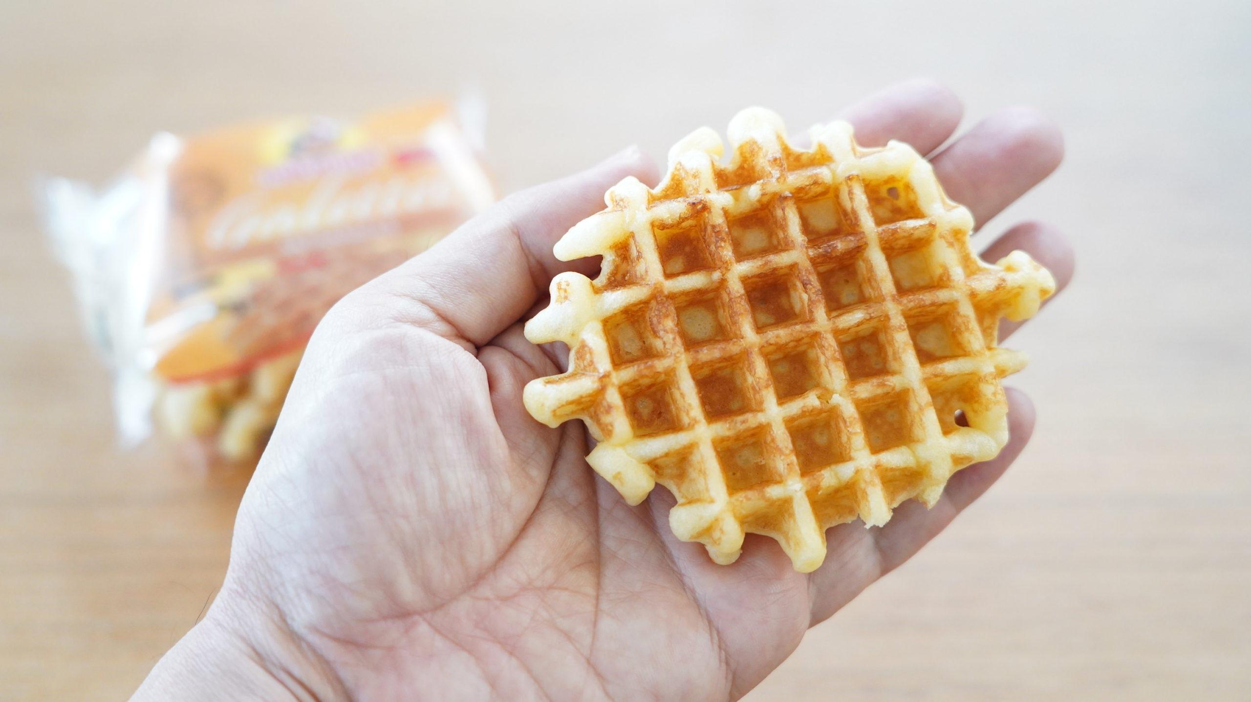 コストコの冷凍食品「ベルギー・バターワッフル」を手に乗せた写真