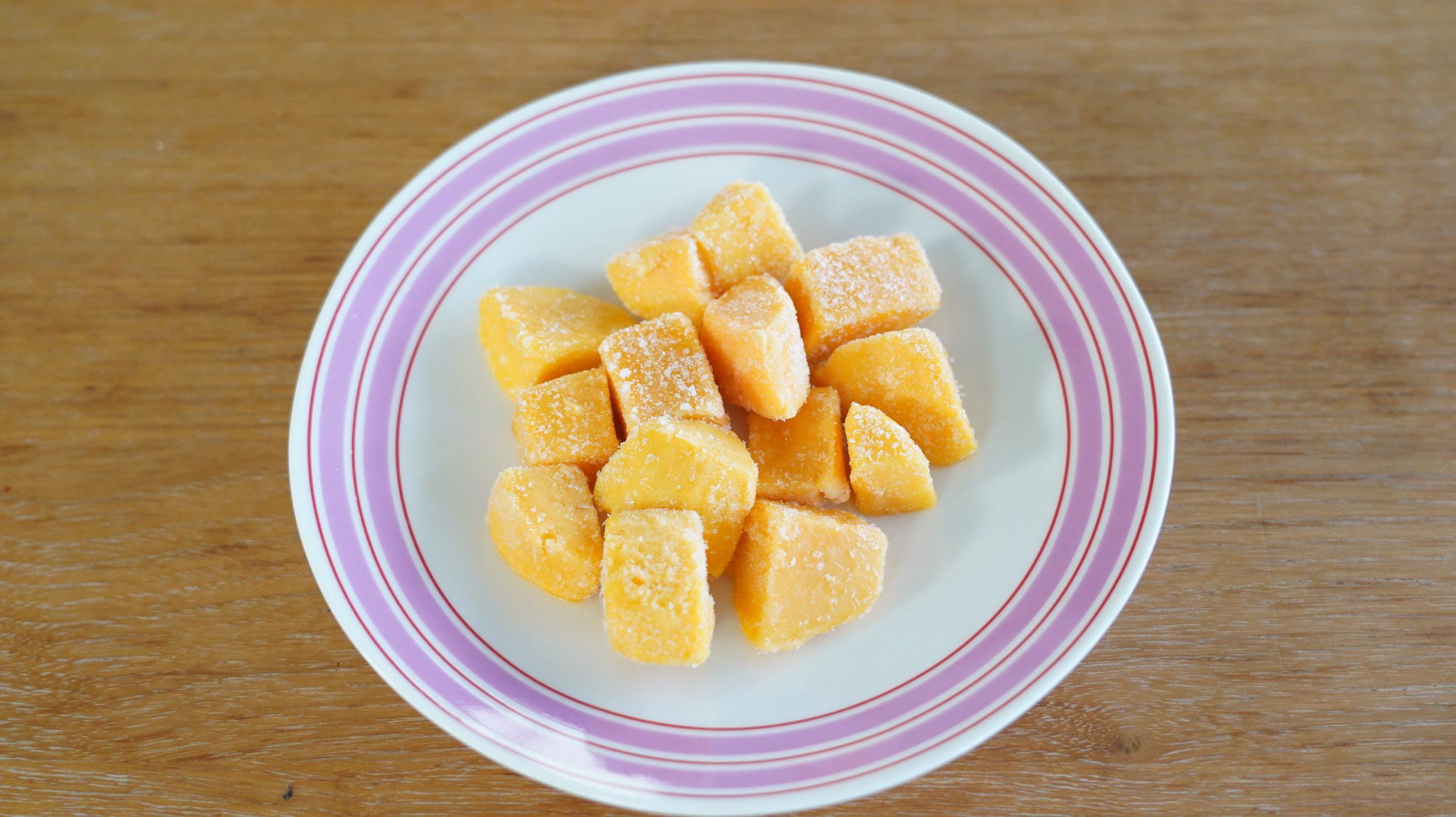 セブンイレブンのおすすめ冷凍食品「アップルマンゴー」を皿に盛り付けた写真