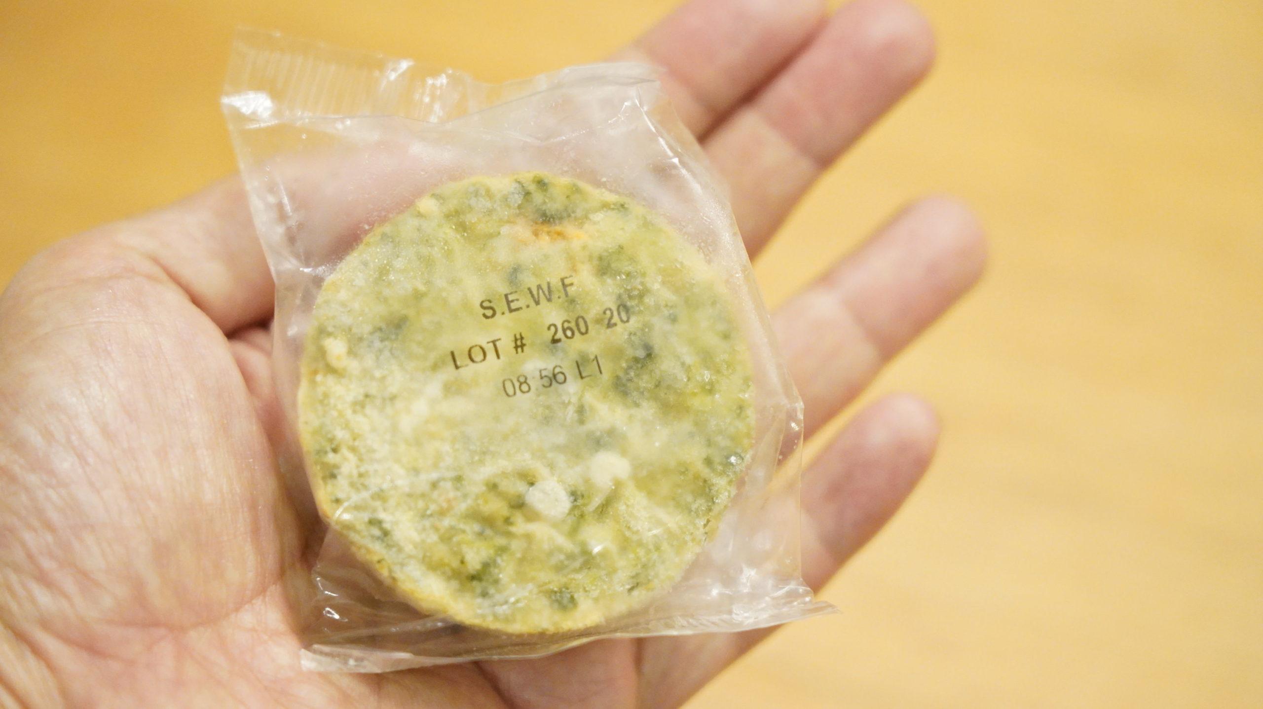 コストコの冷凍食品「ほうれん草のフリッタータ」を手にのせた写真