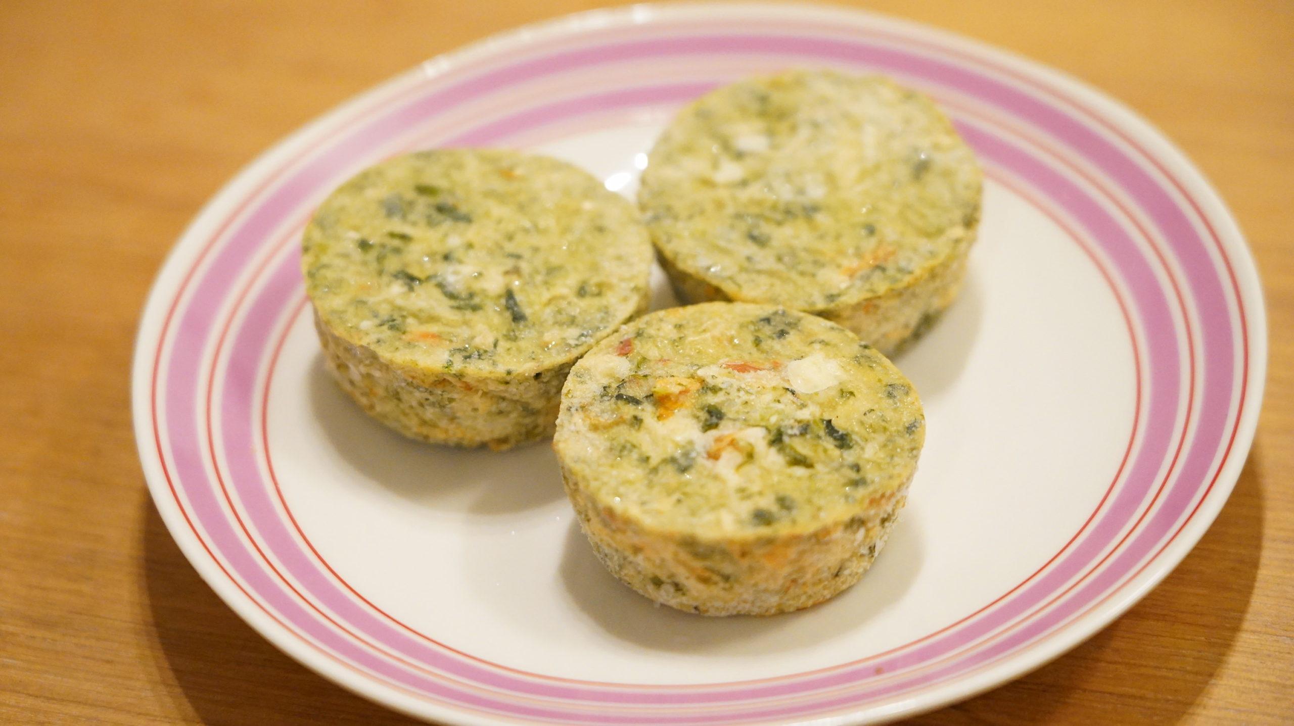 コストコの冷凍食品「ほうれん草のフリッタータ」を皿に盛り付けた写真