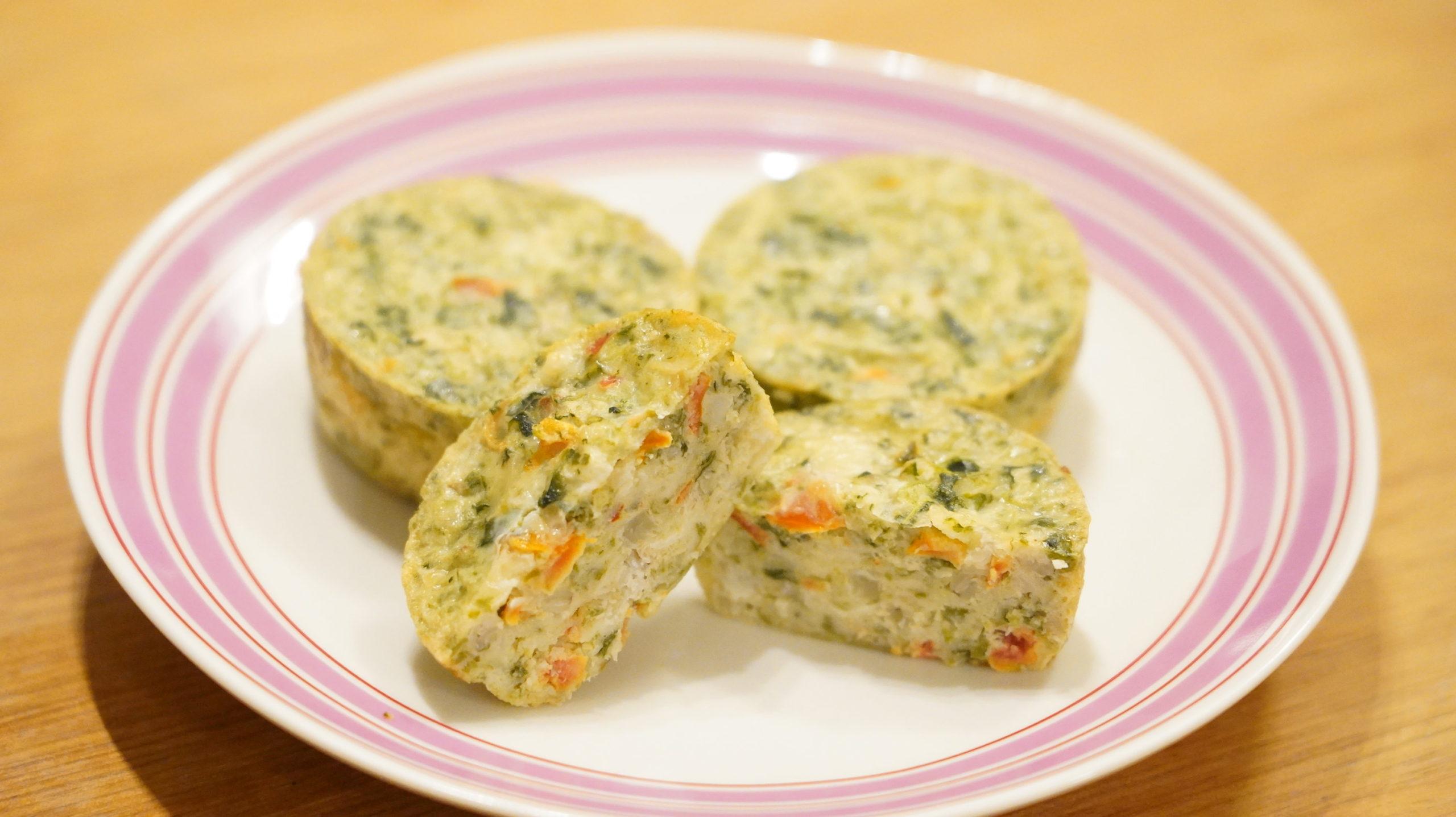 コストコの冷凍食品「ほうれん草のフリッタータ」の断面と皿に盛り付けた写真