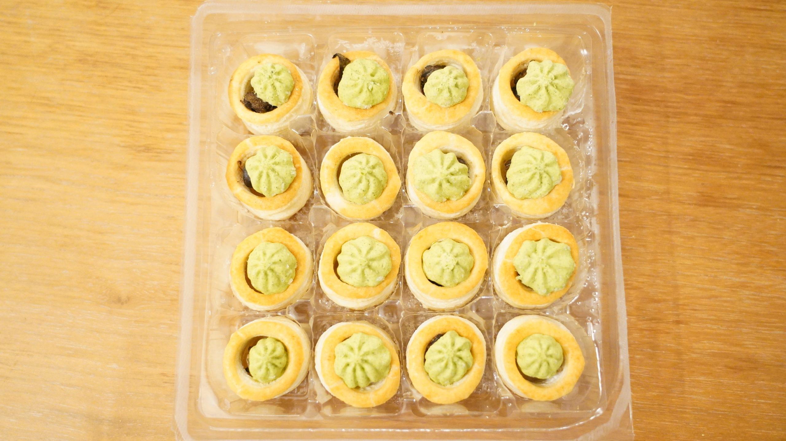 ピカールの冷凍食品「エスカルゴのミニパイ」が16個入っている写真