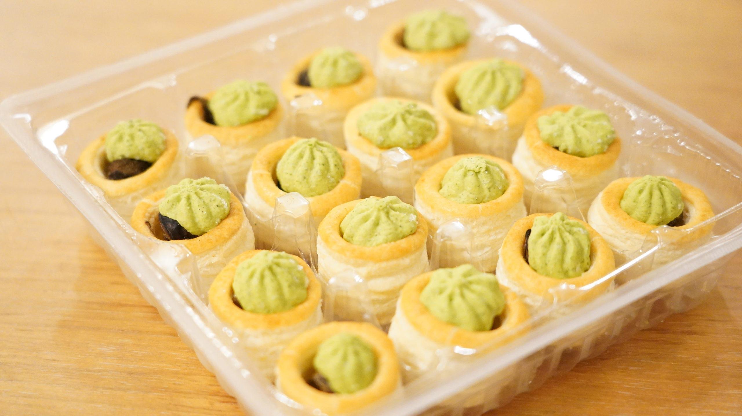 ピカールの冷凍食品「エスカルゴのミニパイ」の箱を開けた写真