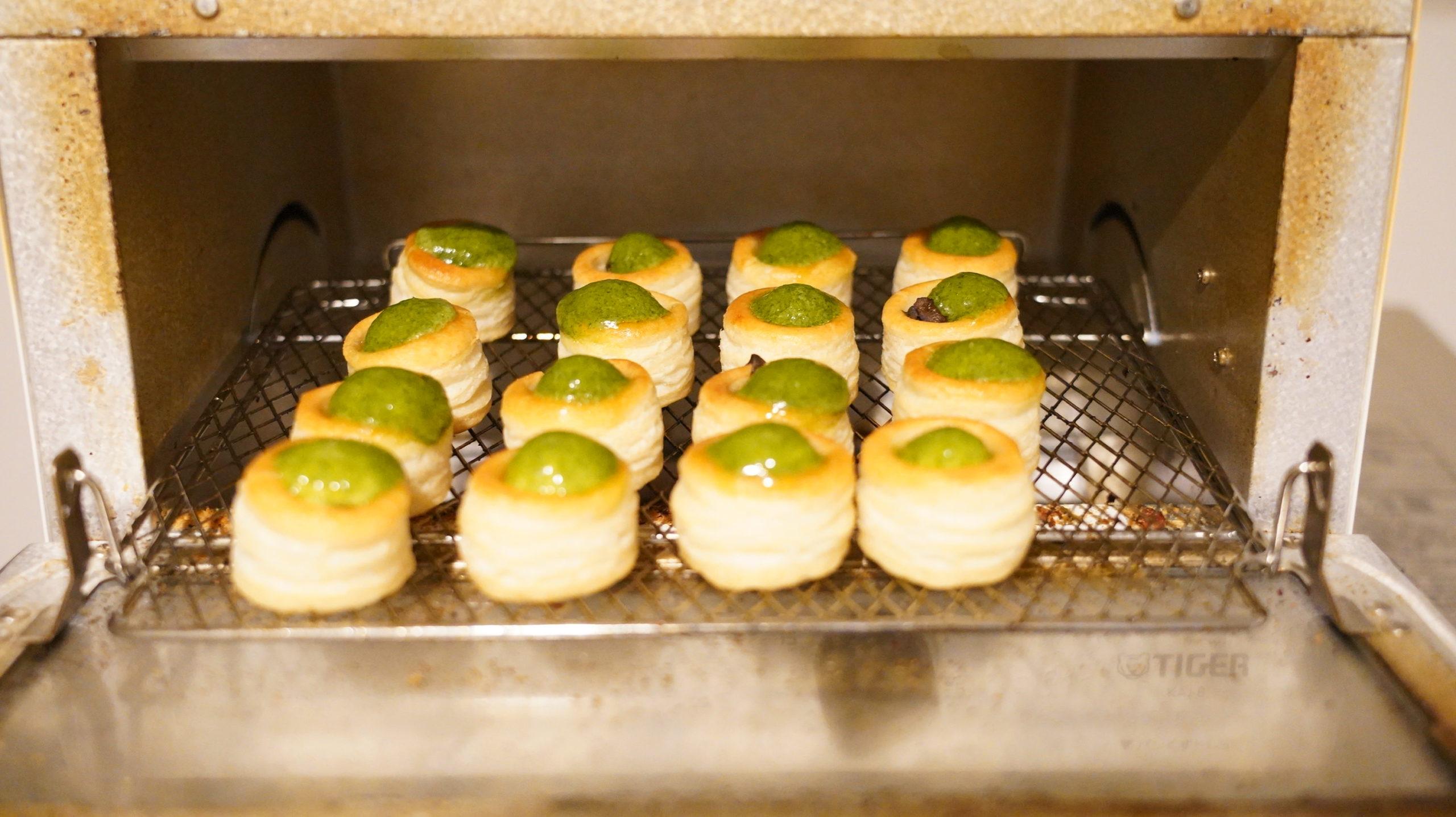ピカールの冷凍食品「エスカルゴのミニパイ」をオーブントースターで焼いている写真