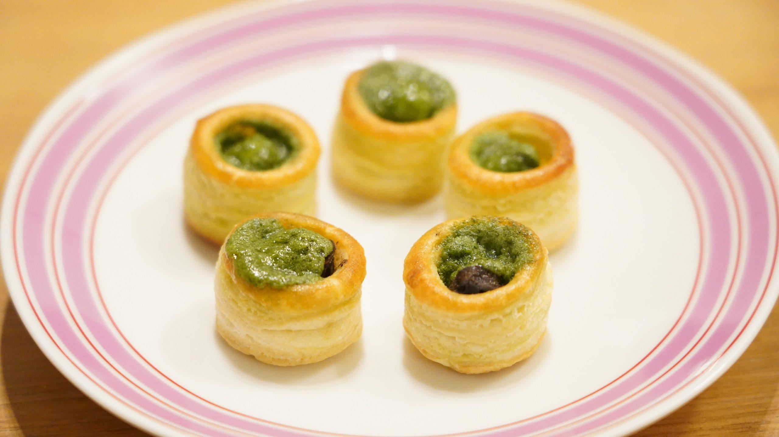 ピカールの冷凍食品「エスカルゴのミニパイ」のパイを5つ皿に盛り付けた写真