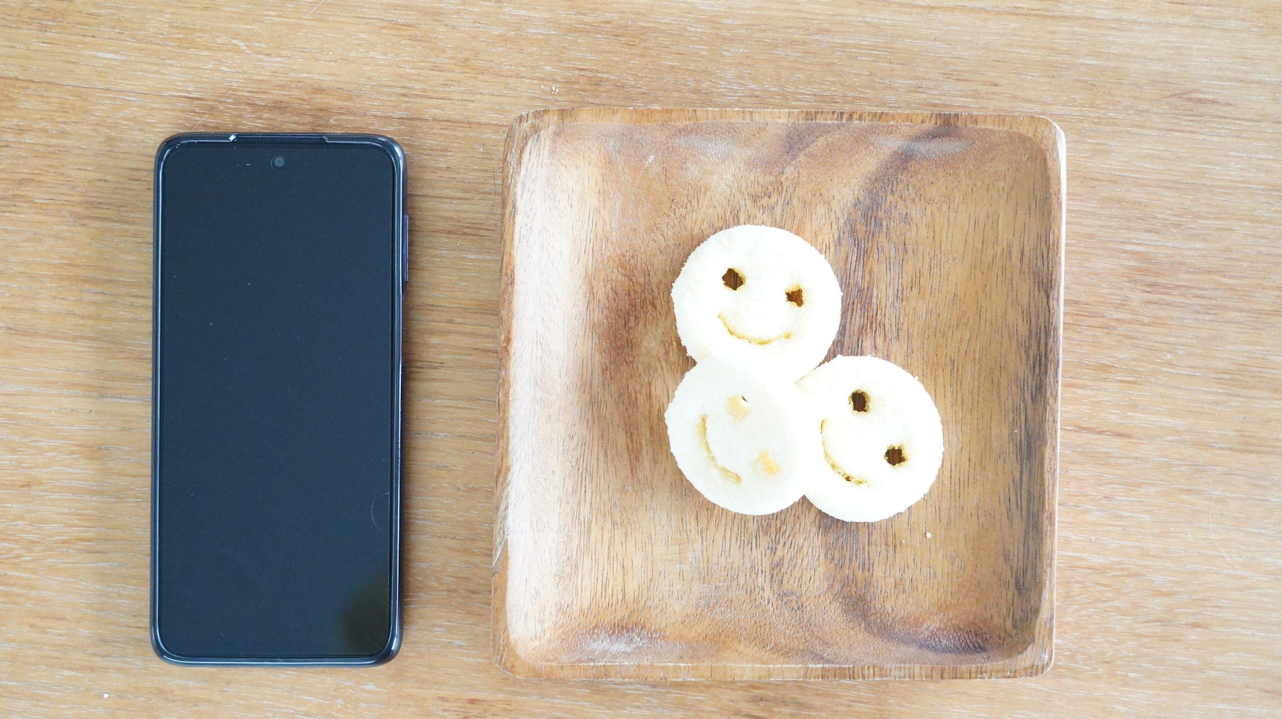 コストコの冷凍食品「マッケイン・スマイルポテト」とスマホの大きさ比較写真