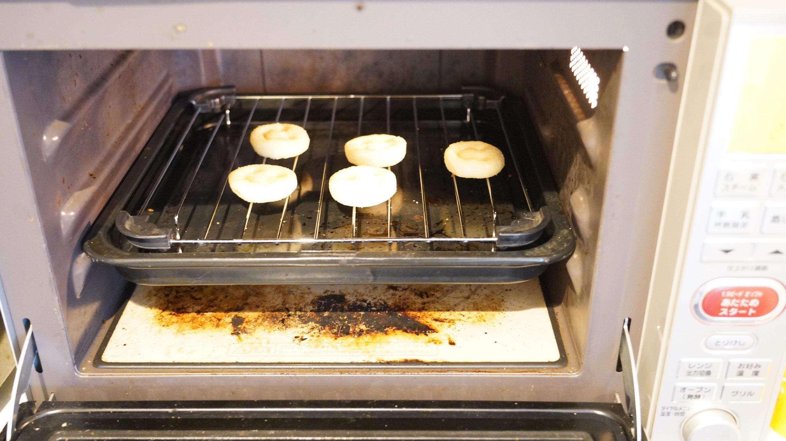 コストコの冷凍食品「マッケイン・スマイルポテト」をオーブンで調理している写真