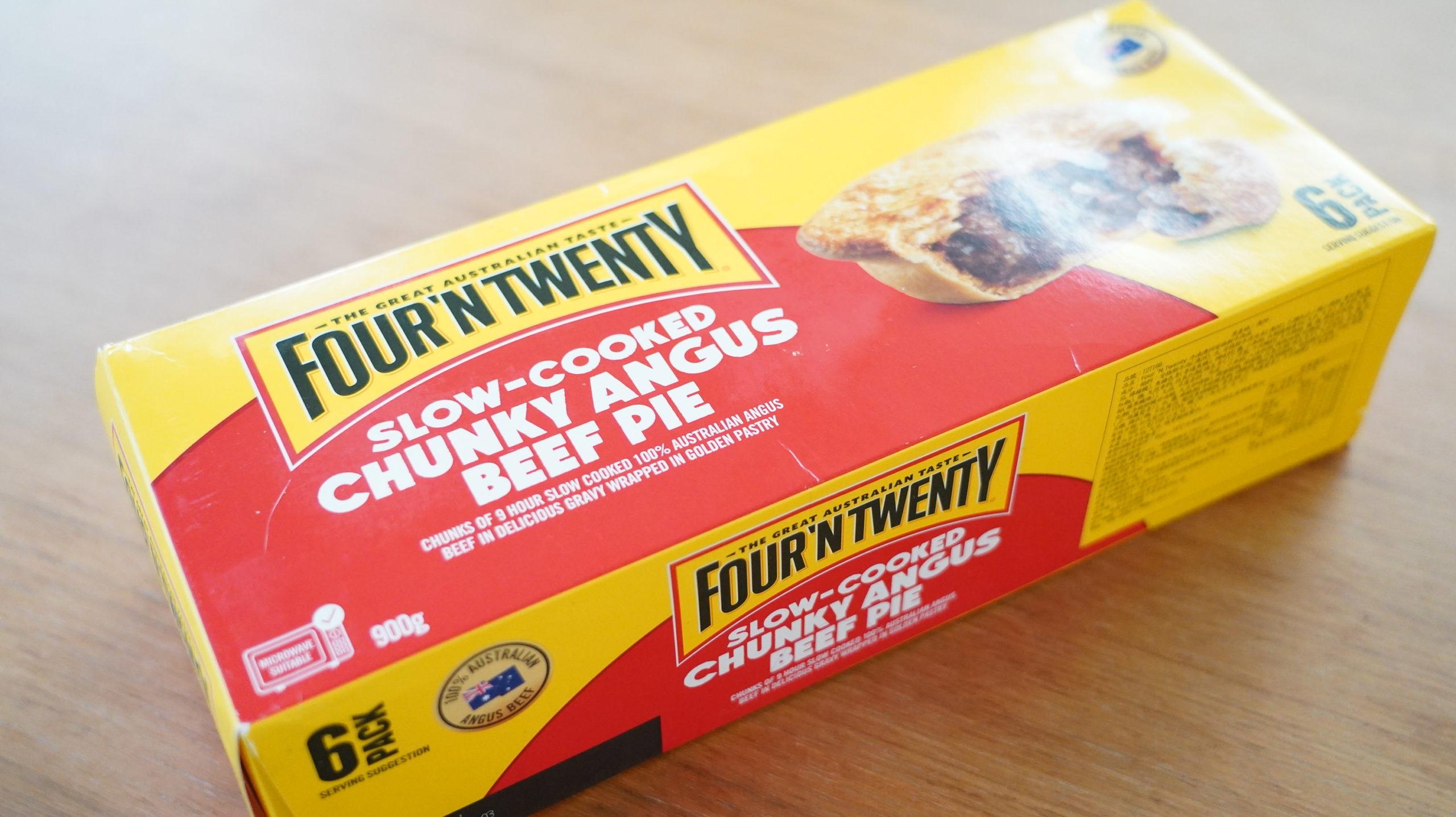 コストコの冷凍食品「アンガスビーフパイ」の箱を斜めから撮影した写真