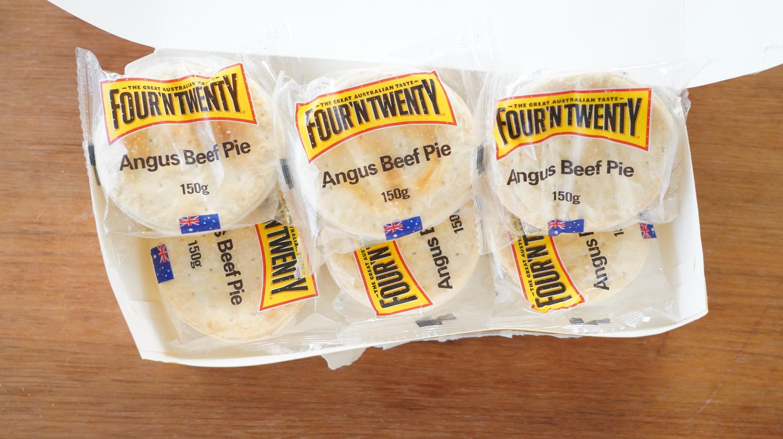 コストコの冷凍食品「アンガスビーフパイ」が箱に6個入っている写真