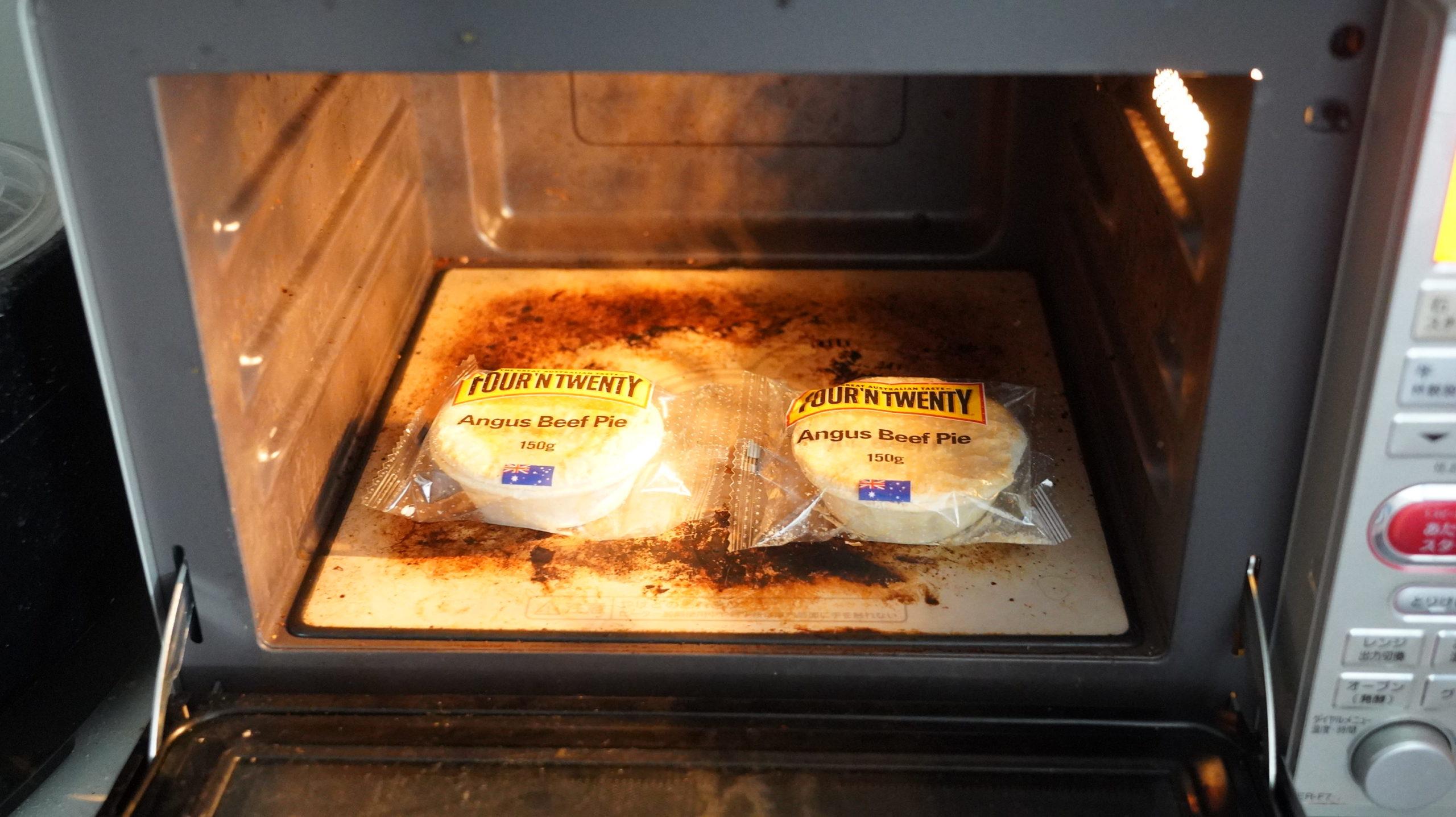 コストコの冷凍食品「アンガスビーフパイ」を電子レンジで加熱している写真