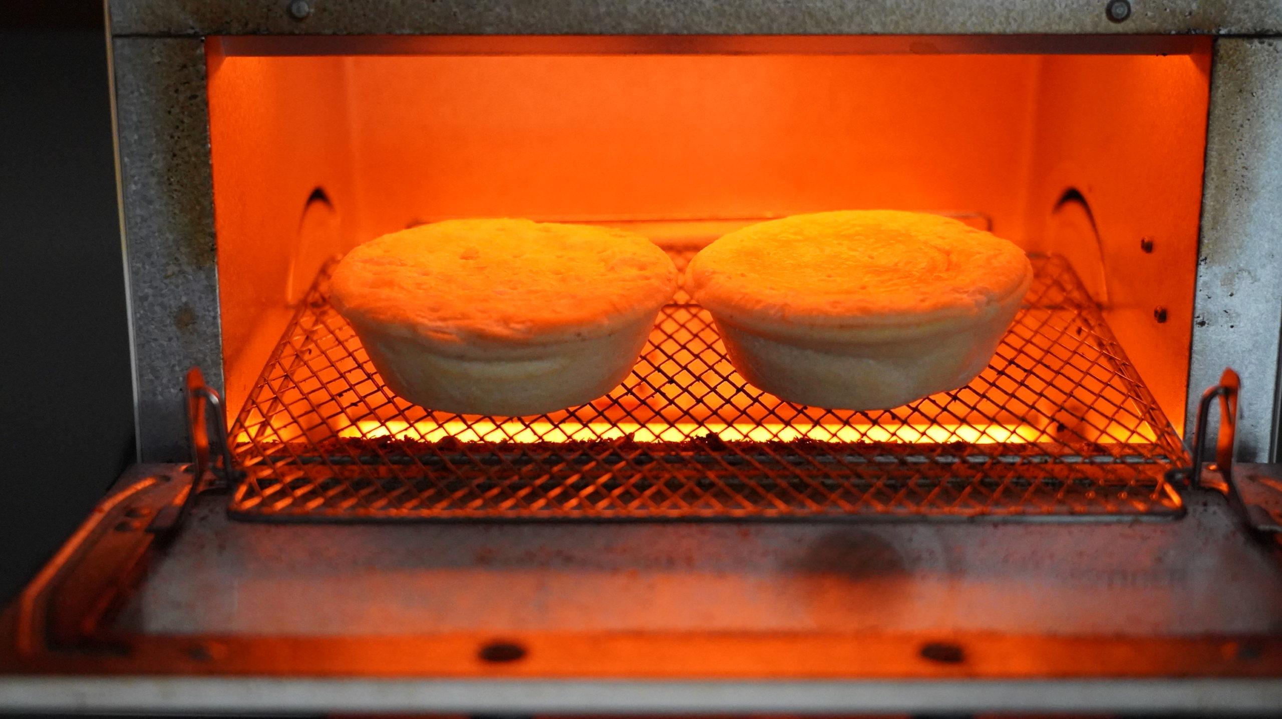 コストコの冷凍食品「アンガスビーフパイ」をオーブンで加熱している写真