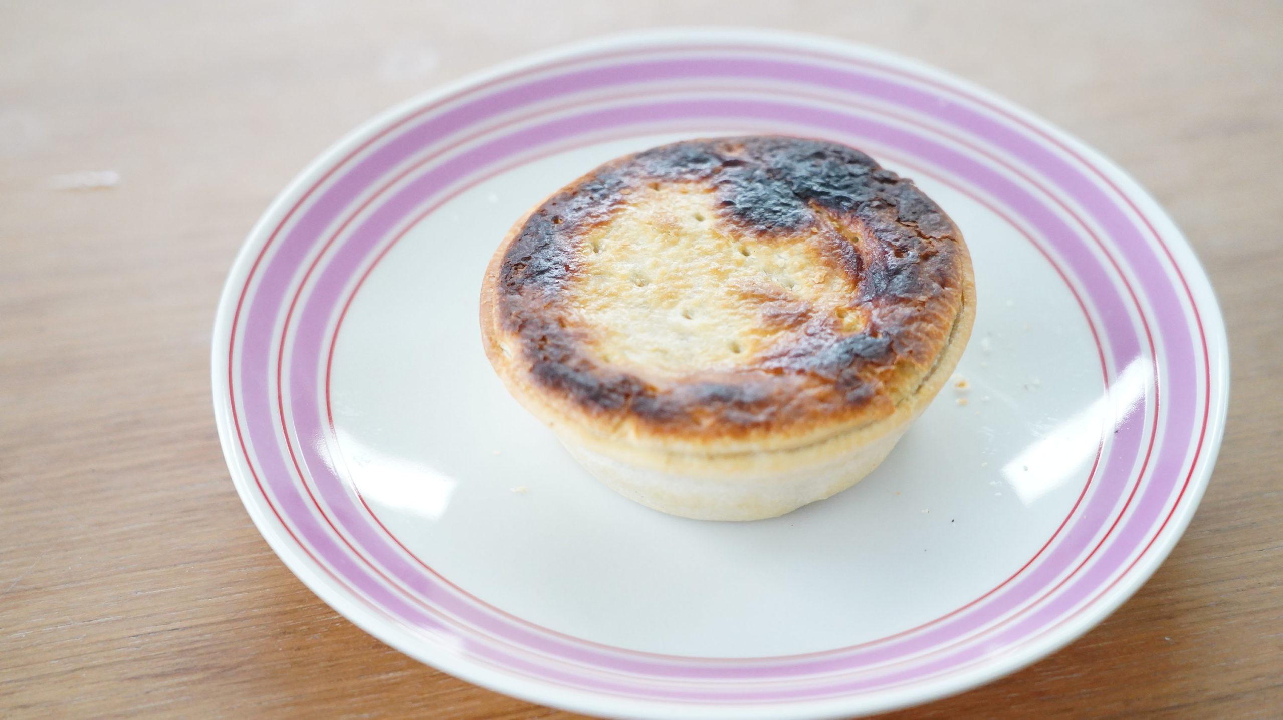コストコの冷凍食品「アンガスビーフパイ」のパイの写真