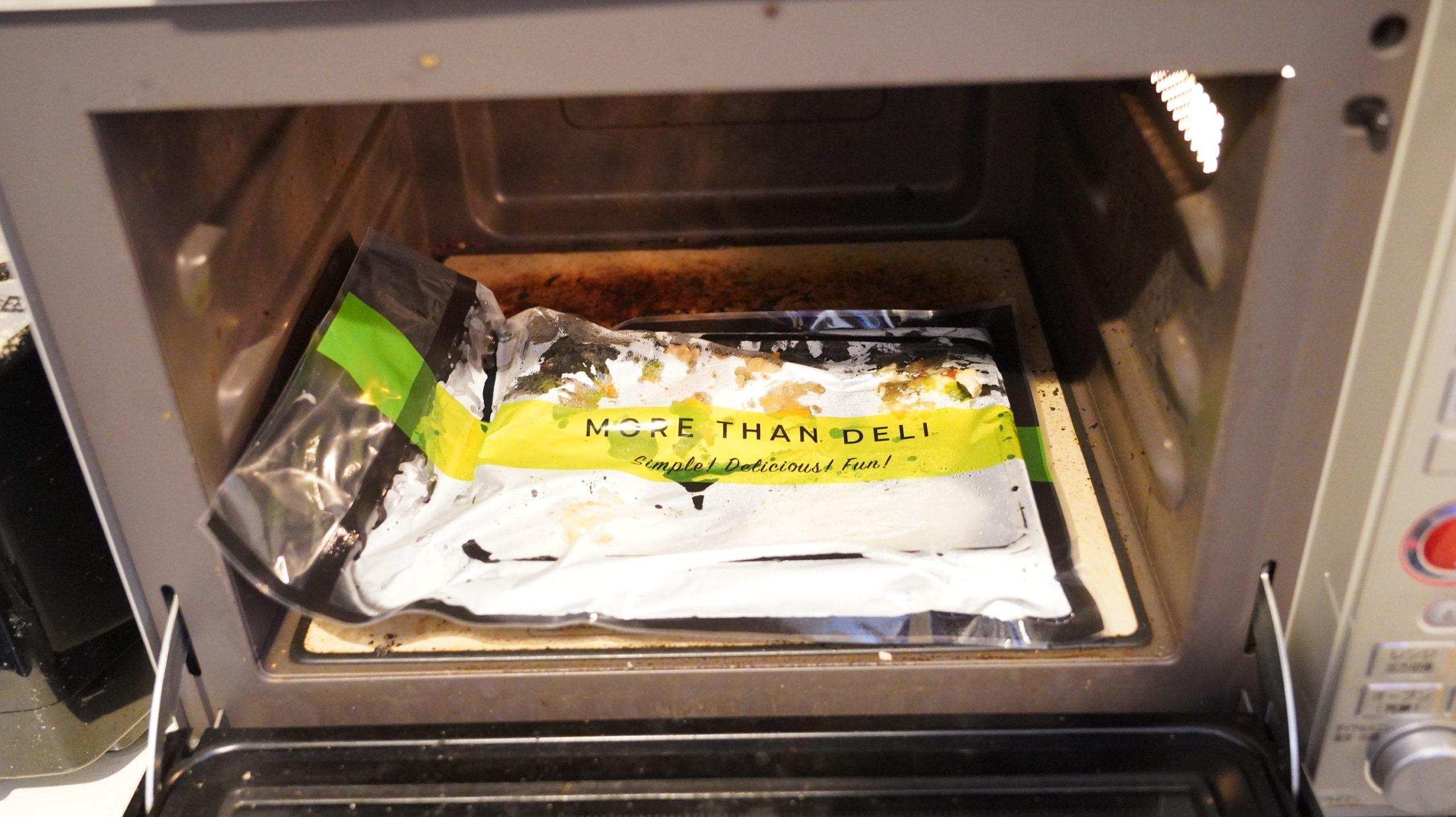 More than Deli(モアザンデリ)の冷凍弁当「鶏肉と野菜の黒酢あんかけ」を電子レンジで加熱完了した写真