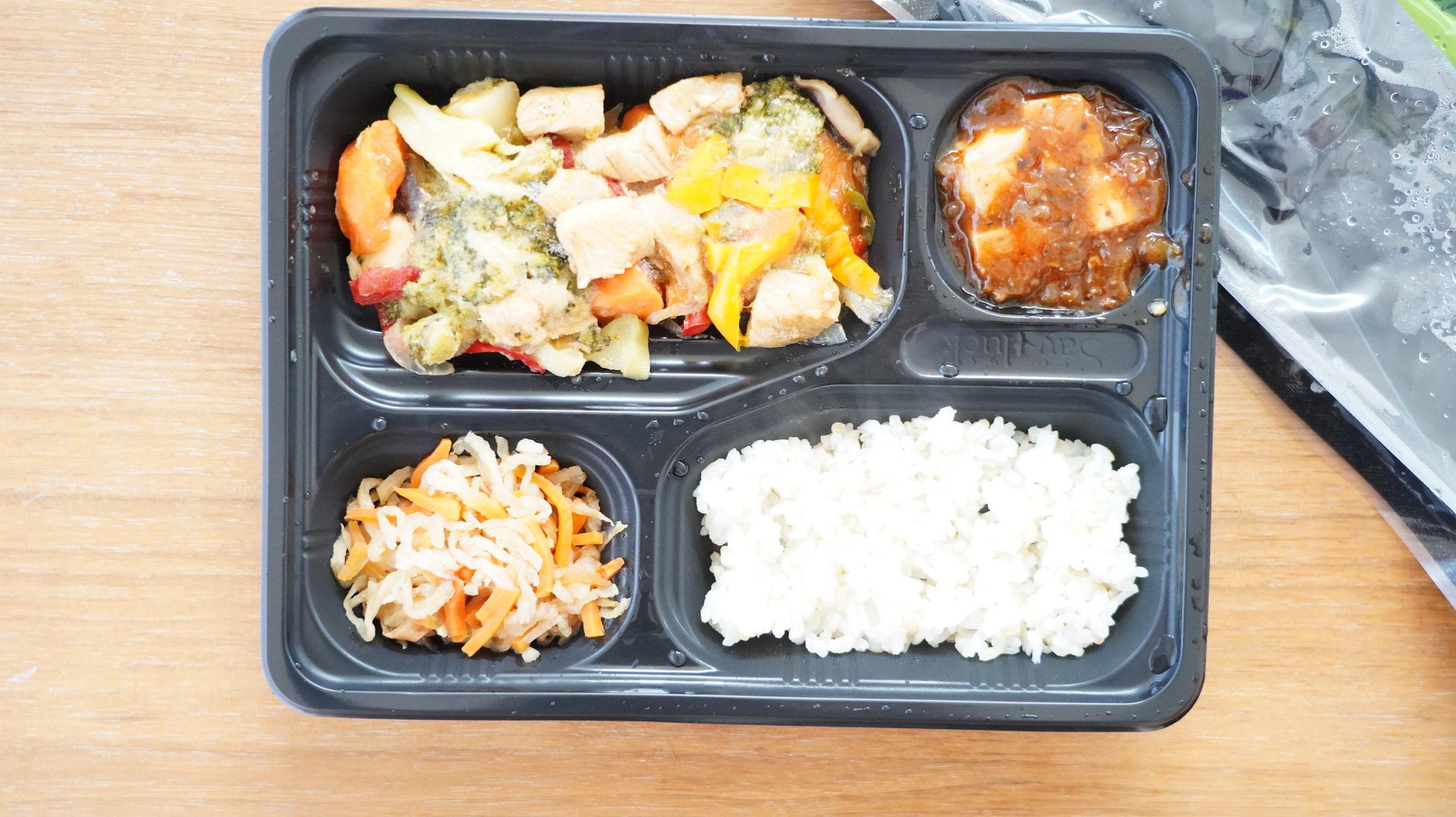 More than Deli(モアザンデリ)の冷凍弁当「鶏肉と野菜の黒酢あんかけ」を上から撮影した写真