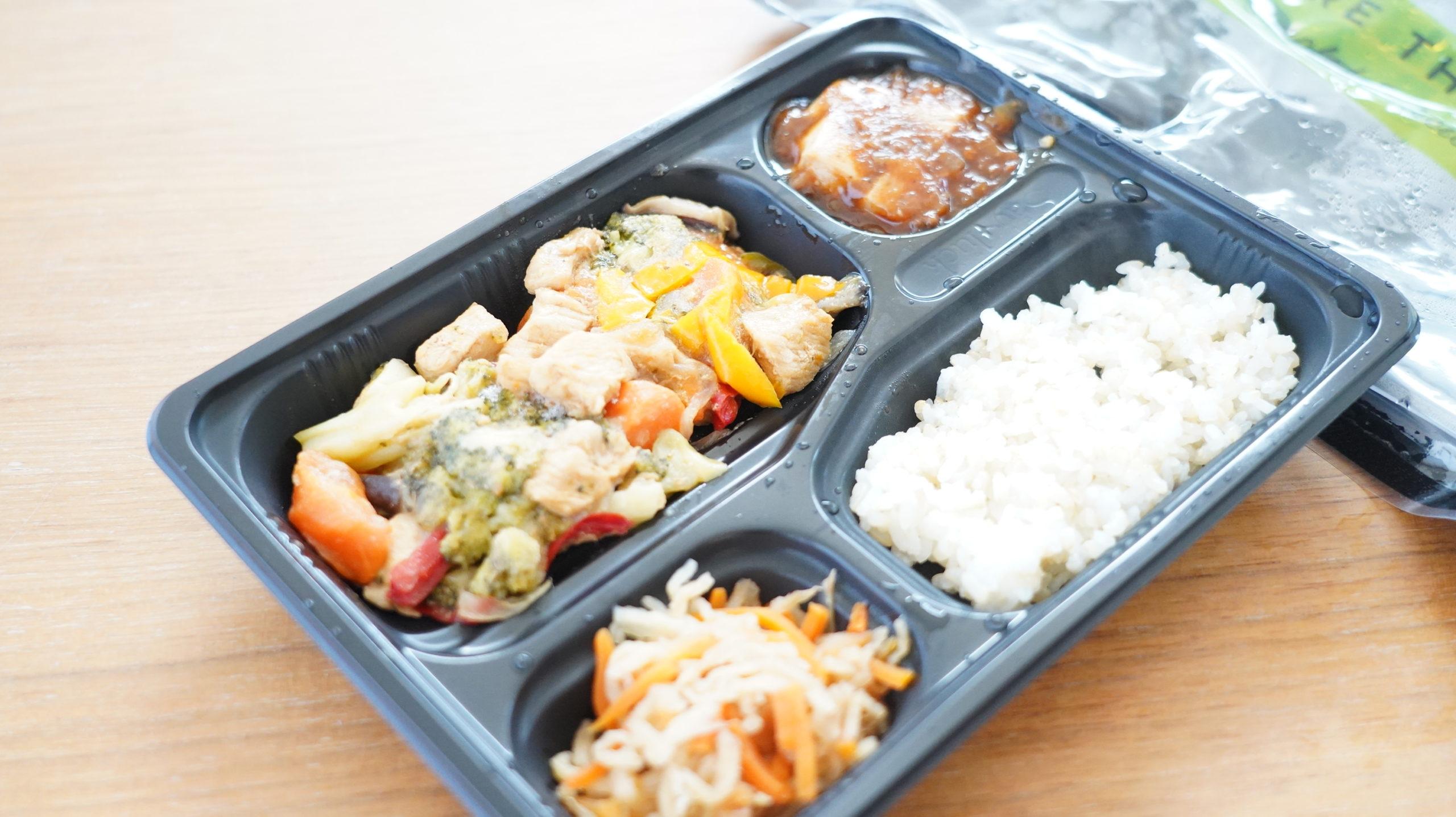 More than Deli(モアザンデリ)の冷凍弁当「鶏肉と野菜の黒酢あんかけ」を斜め上から撮影した写真