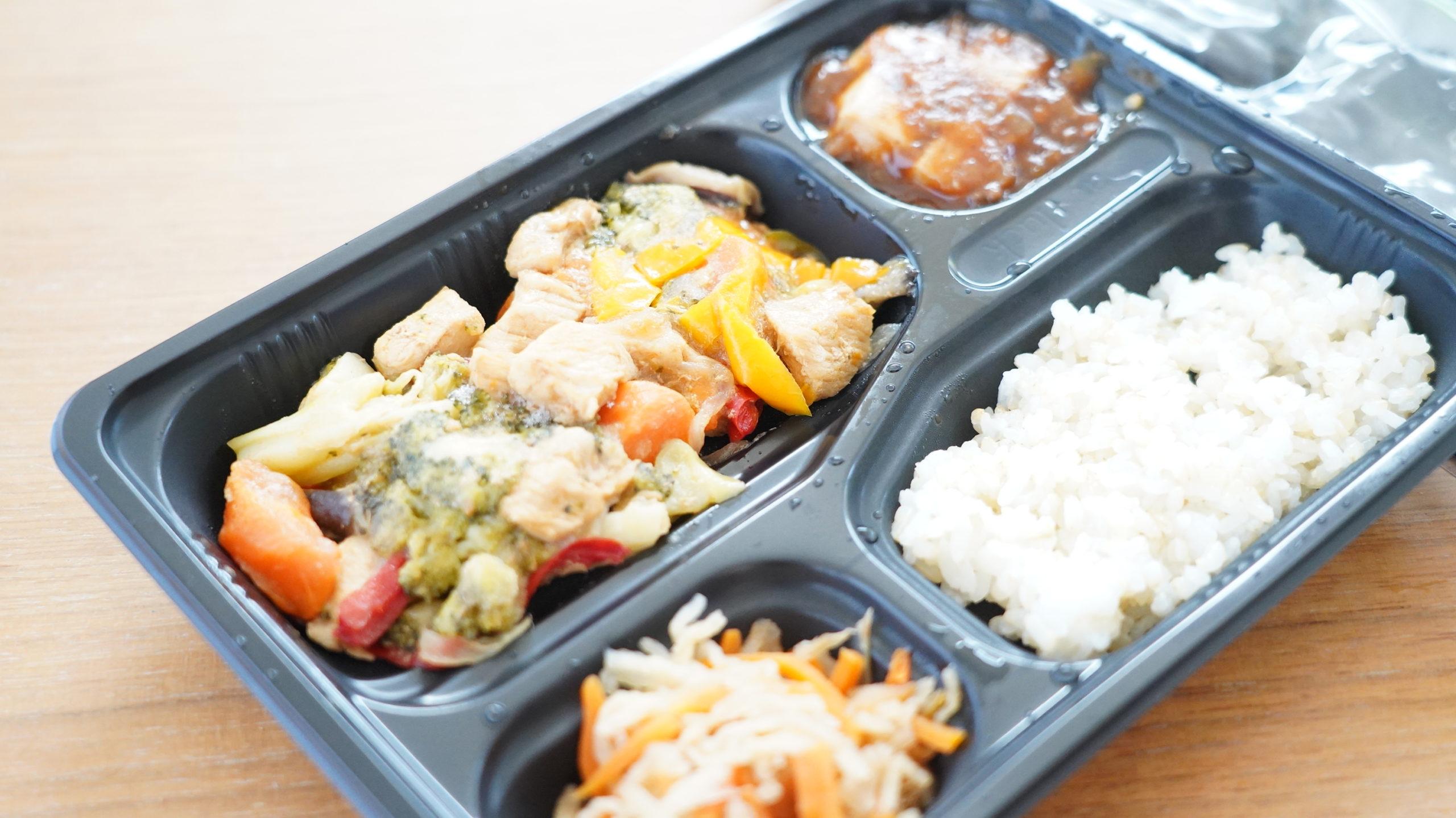 More than Deli(モアザンデリ)の冷凍弁当「鶏肉と野菜の黒酢あんかけ」の鶏肉の写真