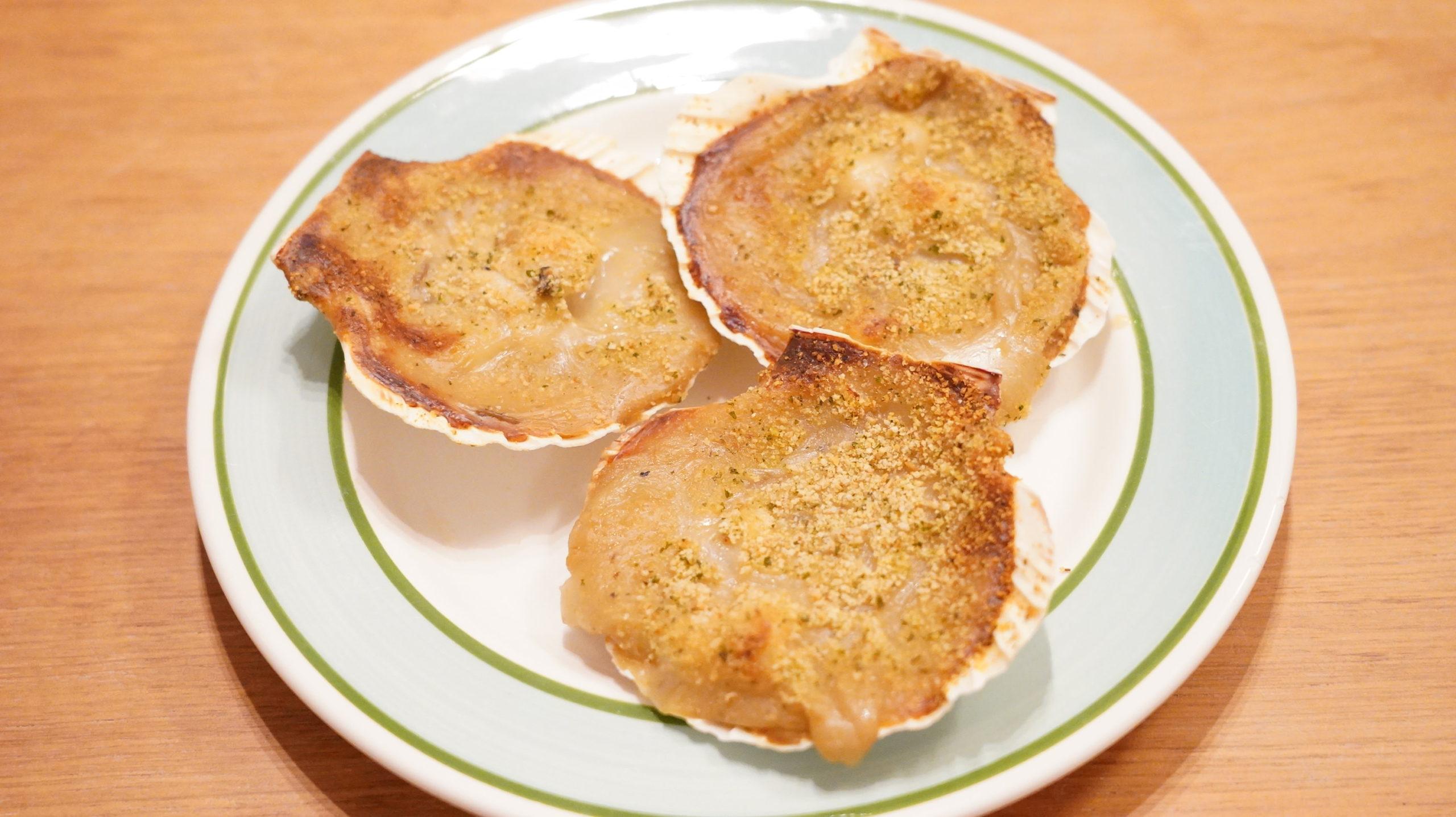 ピカールの冷凍食品「サンジャックのオーブン焼き・ノルマンディ―風」を皿に盛り付けた写真