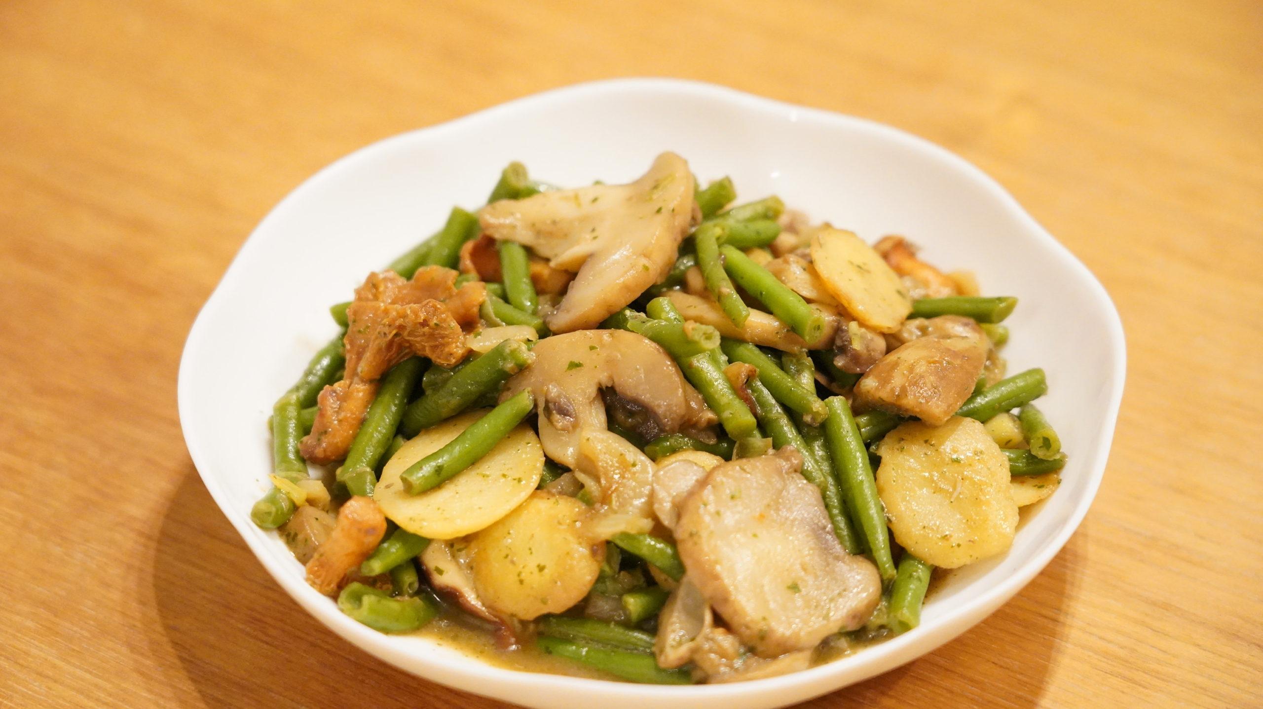 ピカールの冷凍食品「付合せ野菜ミックス(ジャガイモ、インゲン、キノコ)」を前から撮影した写真