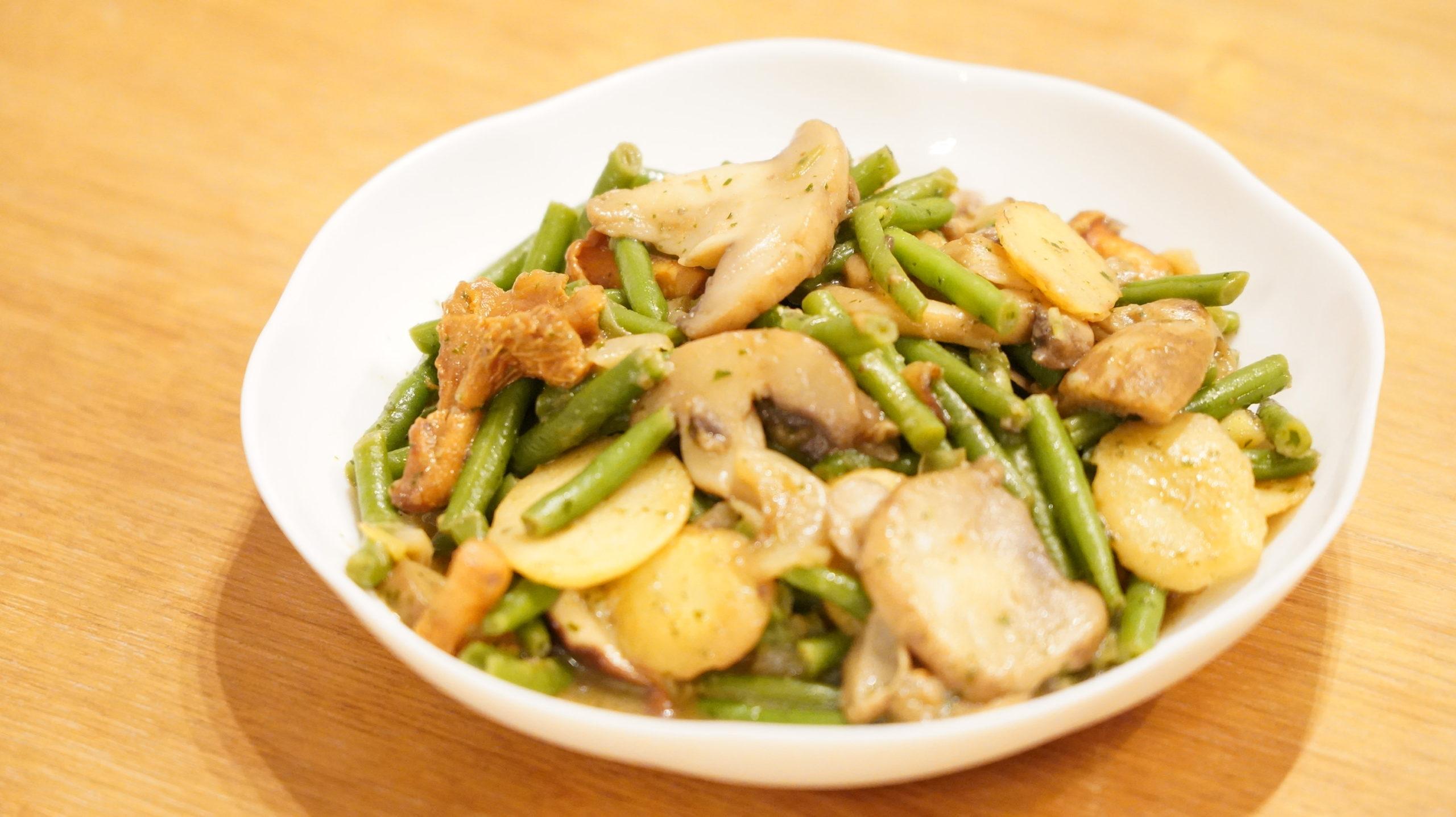 ピカールの冷凍食品「付合せ野菜ミックス(ジャガイモ、インゲン、キノコ)」を調理した写真