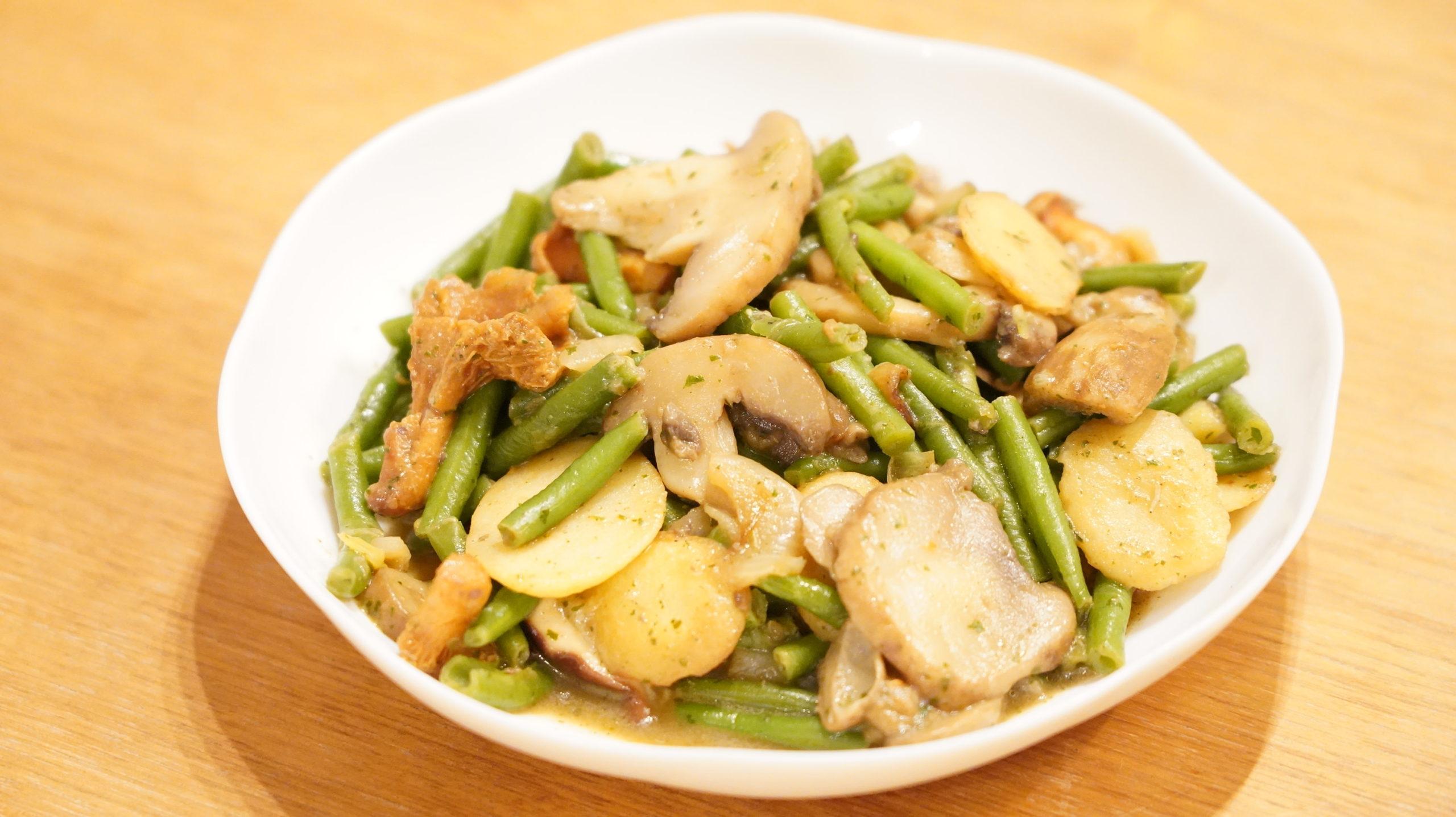 ピカールの冷凍食品「付合せ野菜ミックス(ジャガイモ、インゲン、キノコ)」を皿に盛り付けた写真