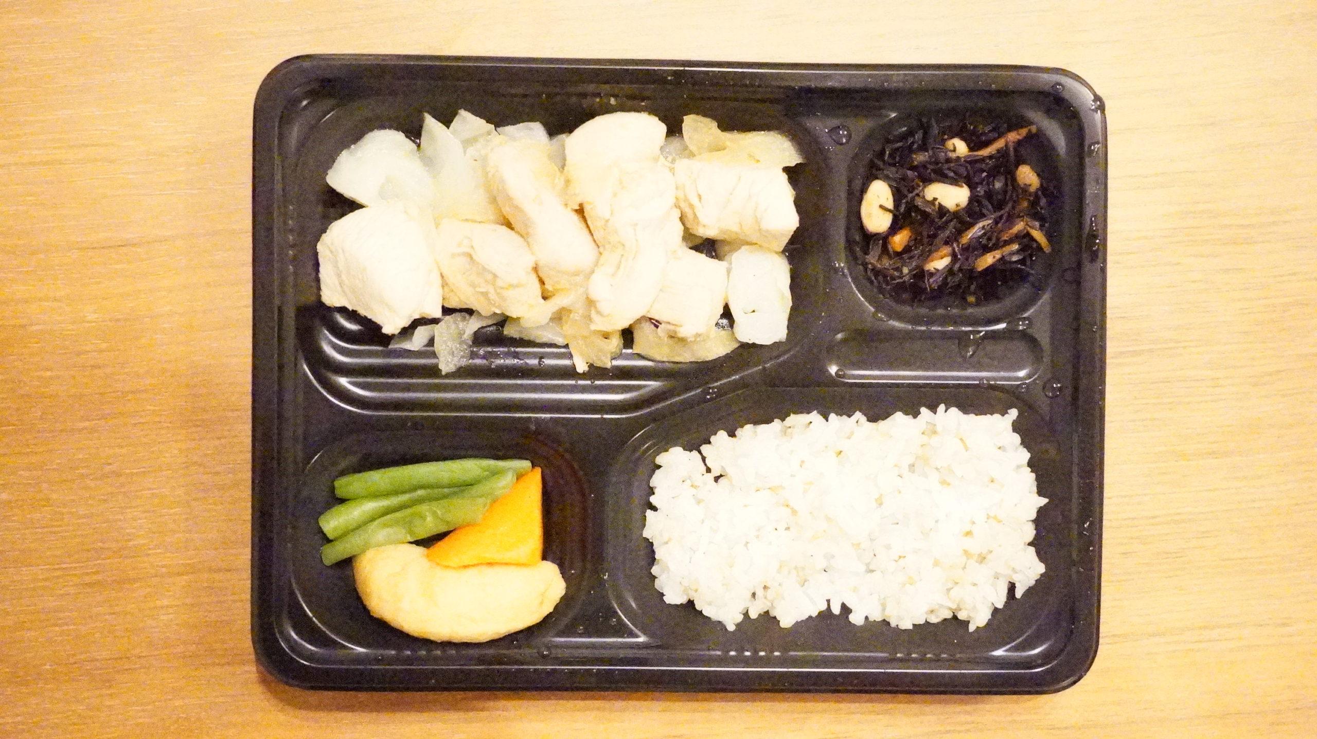 More than Deli(モアザンデリ)の冷凍弁当「鶏肉の生姜焼き」を上から撮影した写真