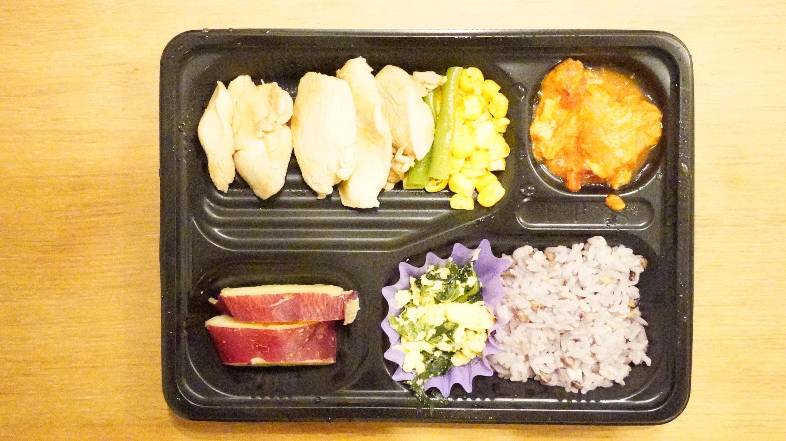 More than Deli(モアザンデリ)の冷凍弁当「鶏肉のいため煮」を上から撮影した写真