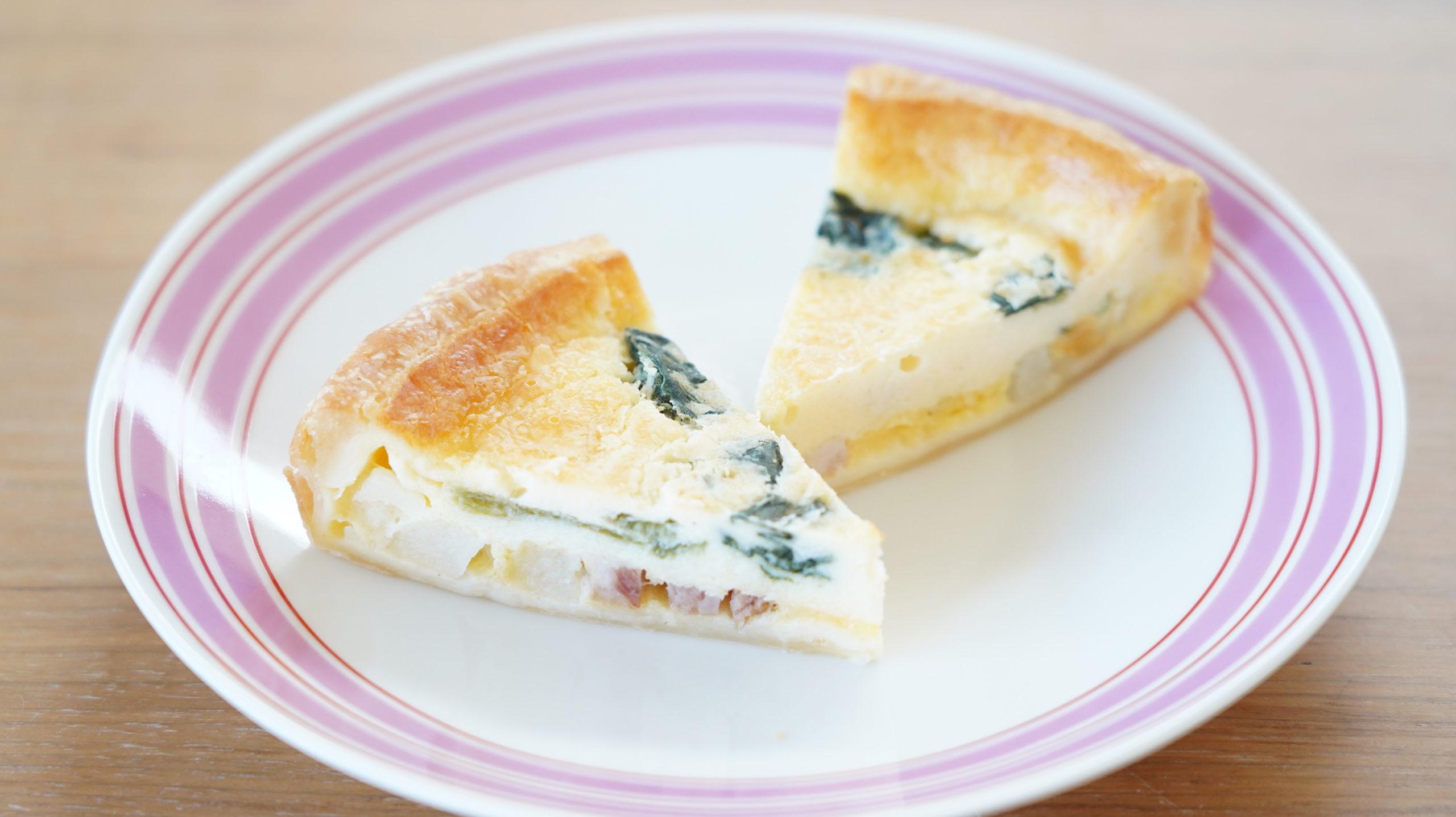 ローソンの冷凍食品「ベーコンとほうれん草のキッシュ」を皿に盛り付けた写真