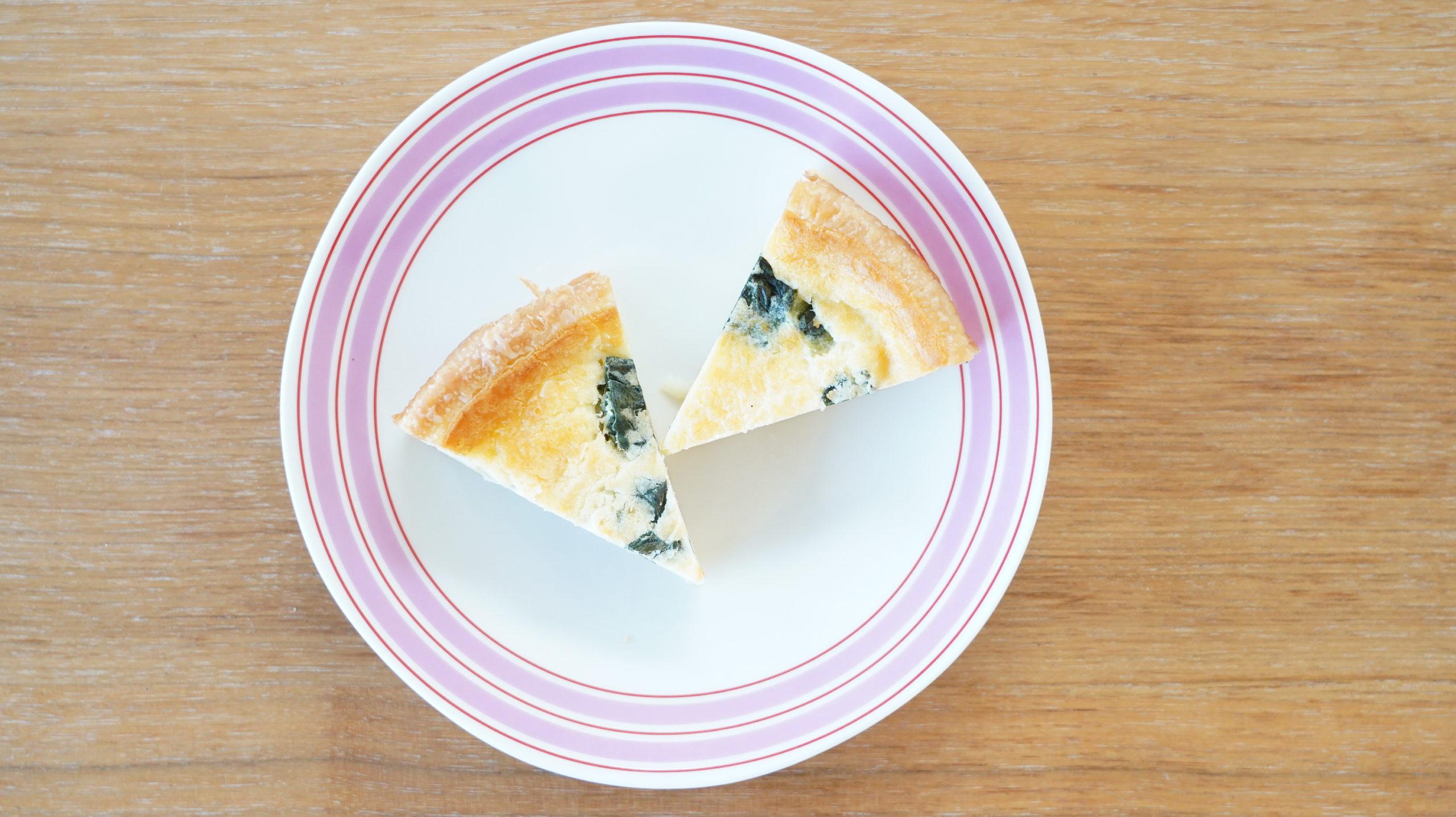ローソンの冷凍食品「ベーコンとほうれん草のキッシュ」を上から撮影した写真