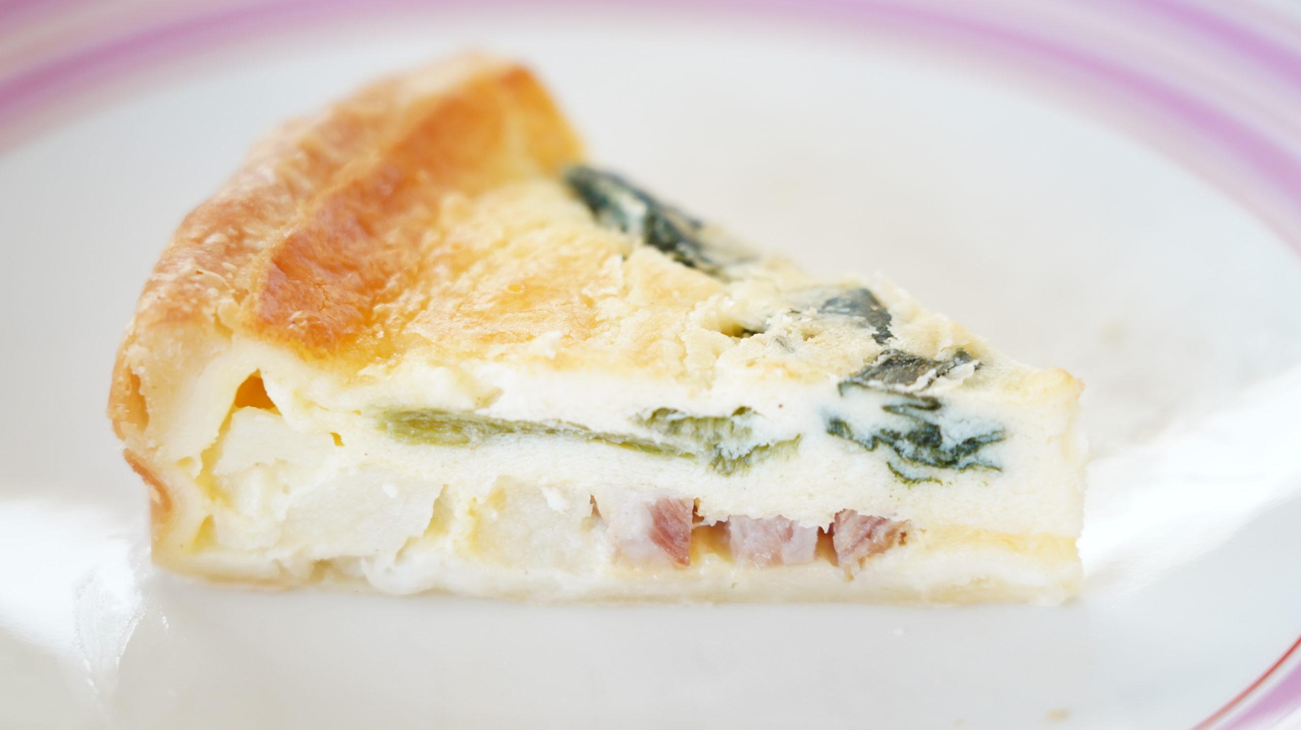 ローソンの冷凍食品「ベーコンとほうれん草のキッシュ」の断面の写真