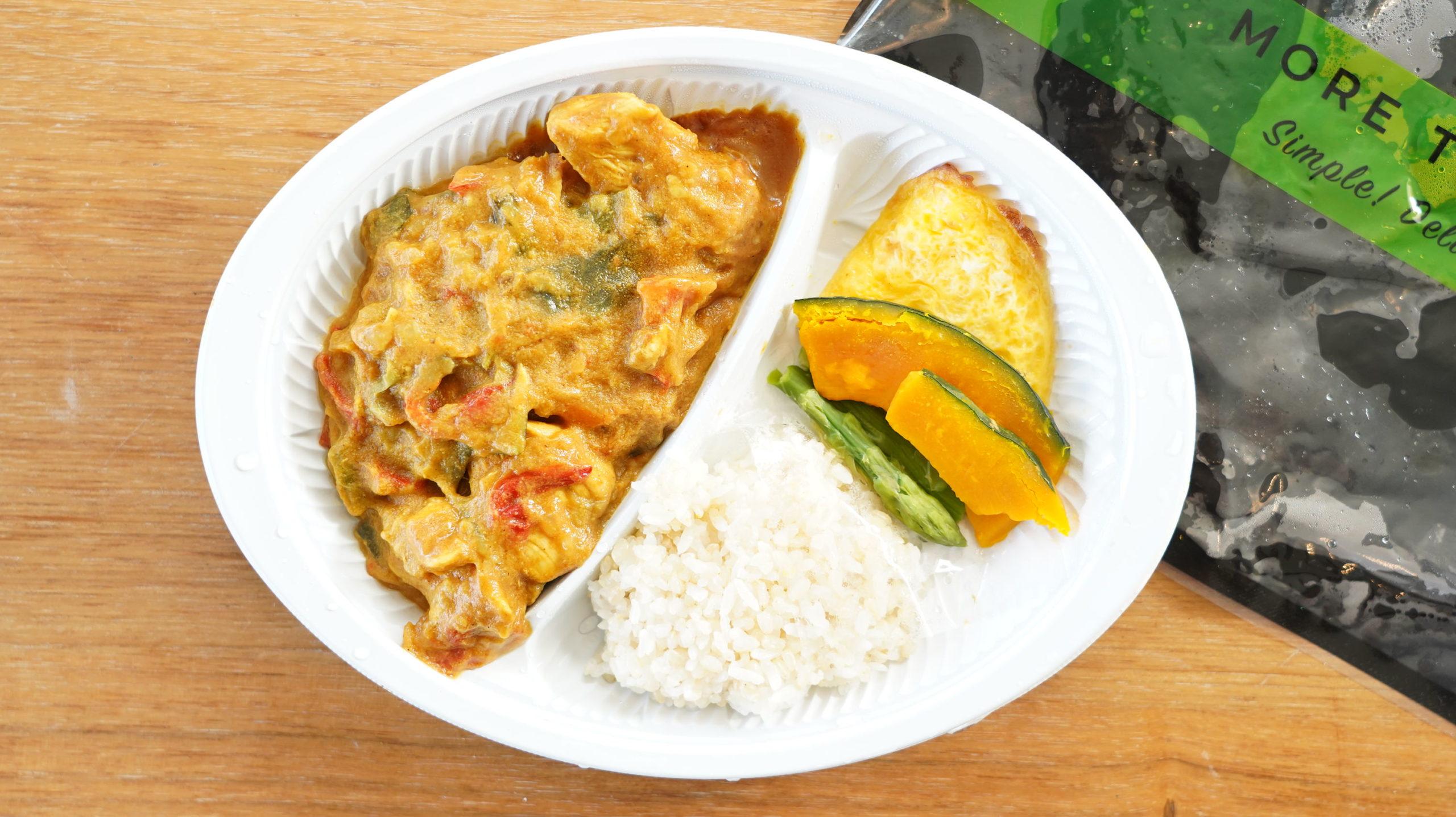 More than Deli(モアザンデリ)の冷凍弁当「鶏むね肉の野菜たっぷりカレー」を上から撮影した写真
