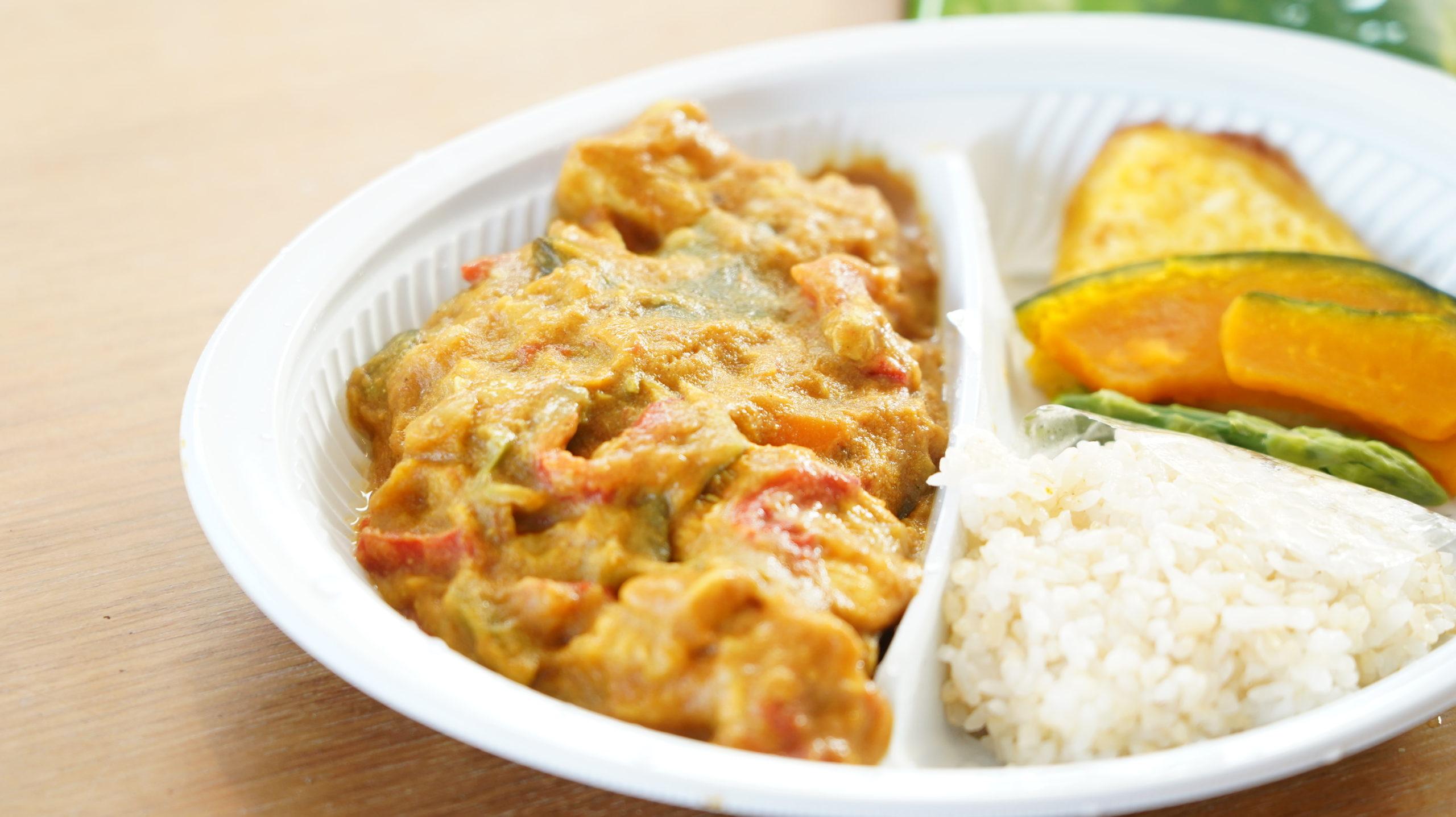 More than Deli(モアザンデリ)の冷凍弁当「鶏むね肉の野菜たっぷりカレー」のクローズアップ写真