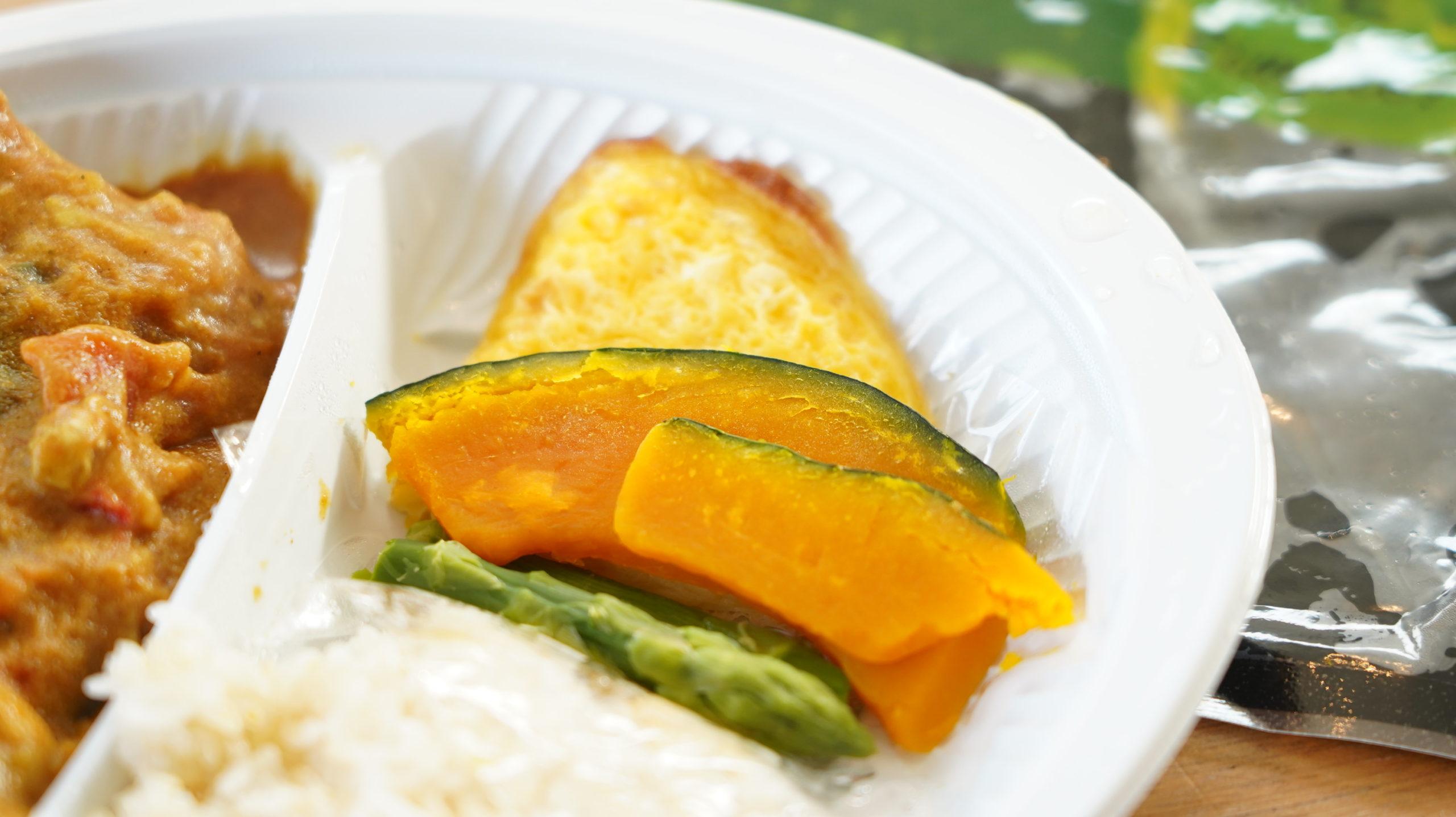 More than Deli(モアザンデリ)の冷凍弁当「鶏むね肉の野菜たっぷりカレー」の付け合わせのカボチャの写真