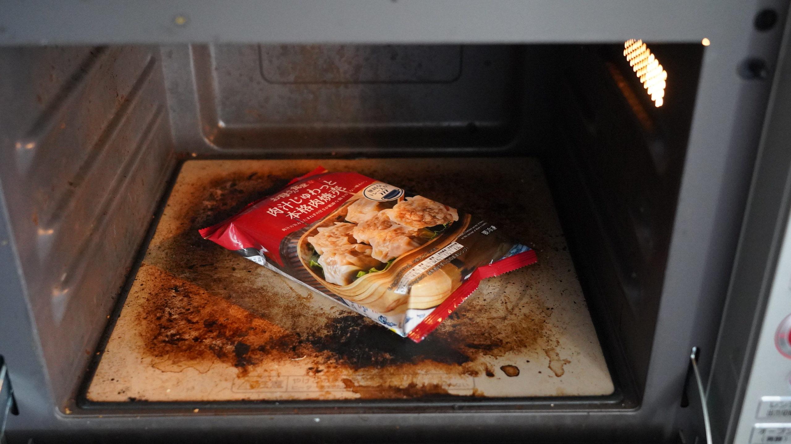 ファミリーマートの冷凍食品「肉汁じゅわっと本格肉焼売」を電子レンジで加熱している写真