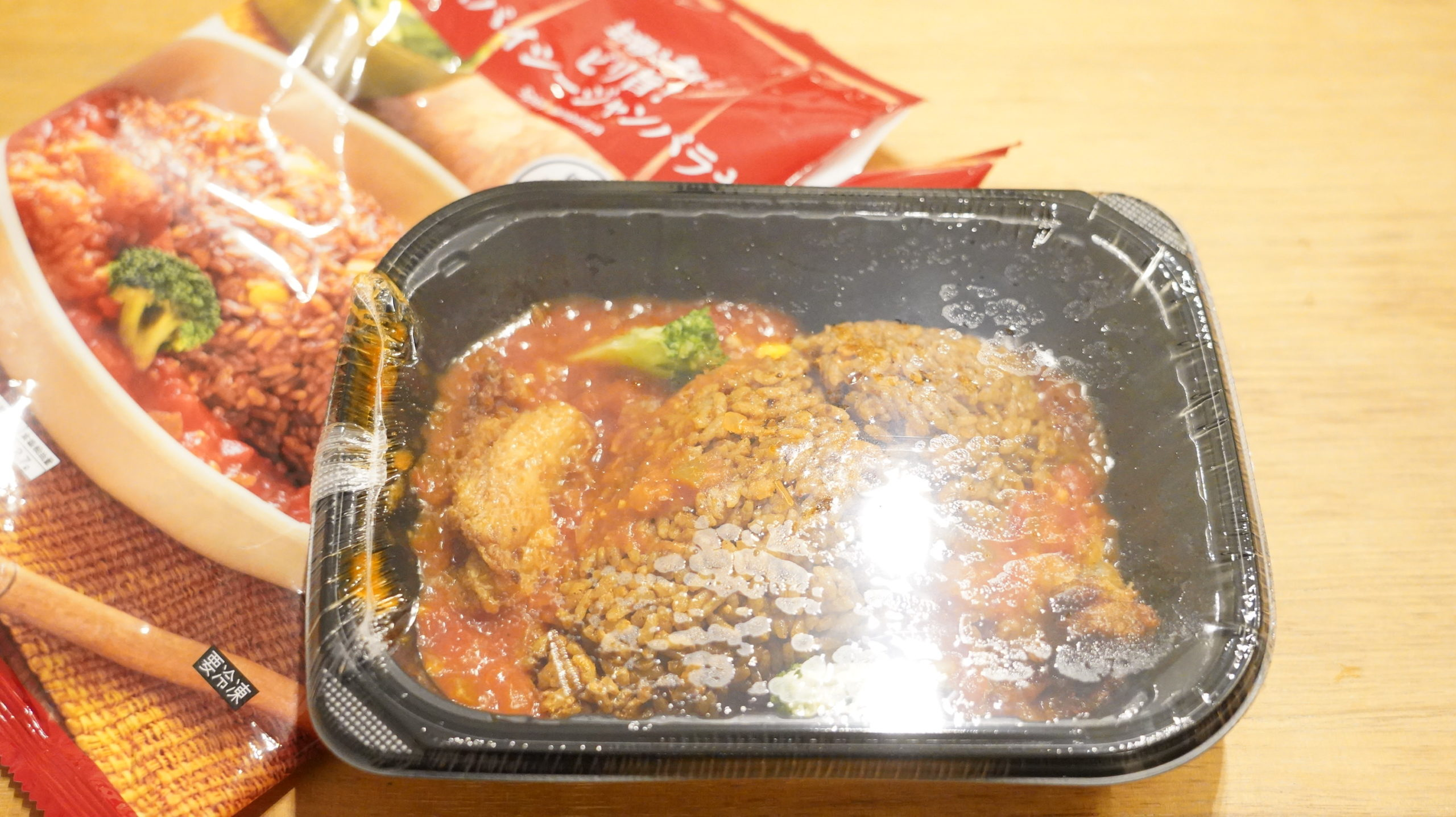 ファミリーマートの冷凍食品「ピリ旨!スパイシージャンバラヤ」の中のトレーの写真