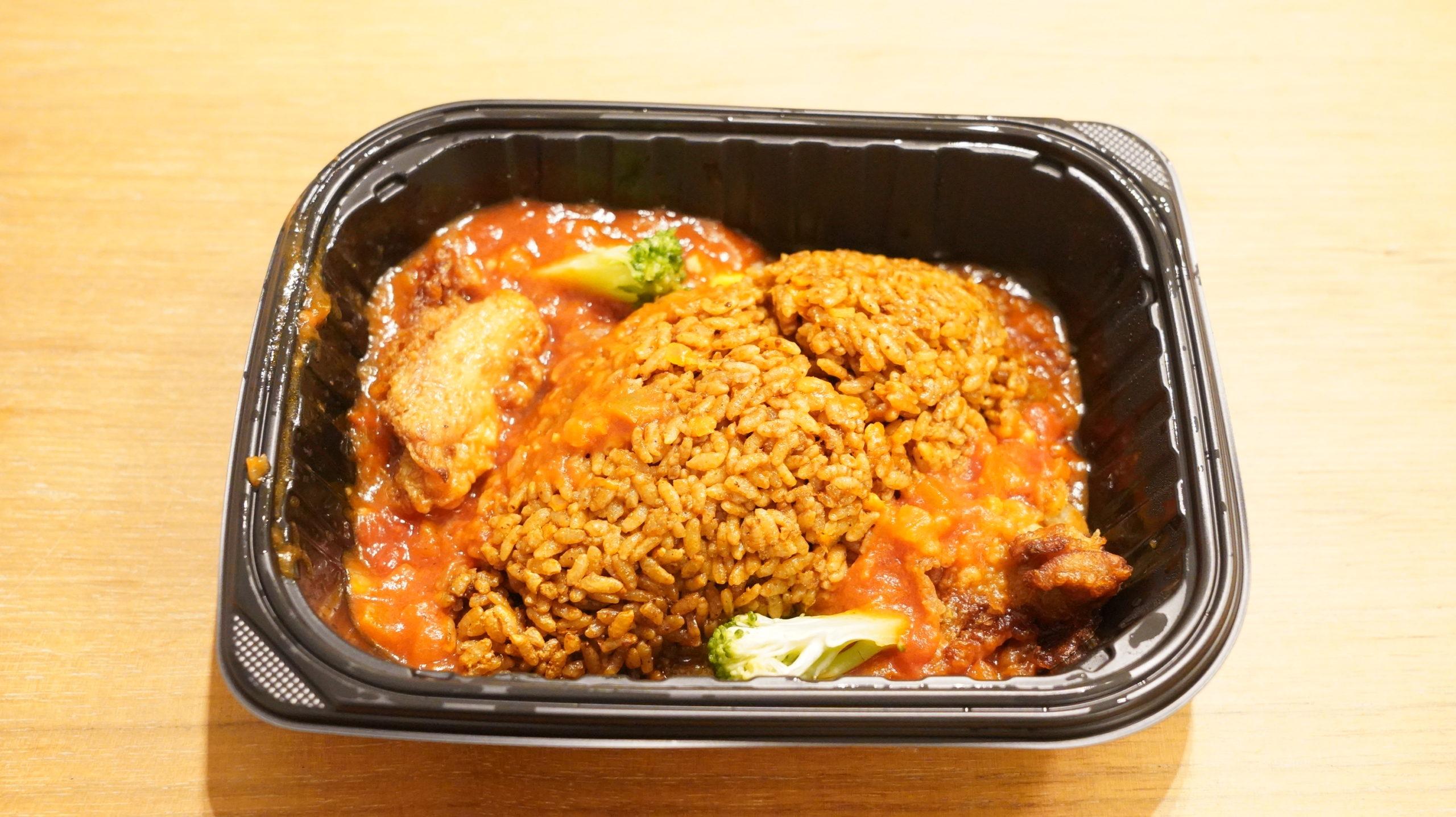 ファミリーマートの冷凍食品「ピリ旨!スパイシージャンバラヤ」を上から撮影した写真
