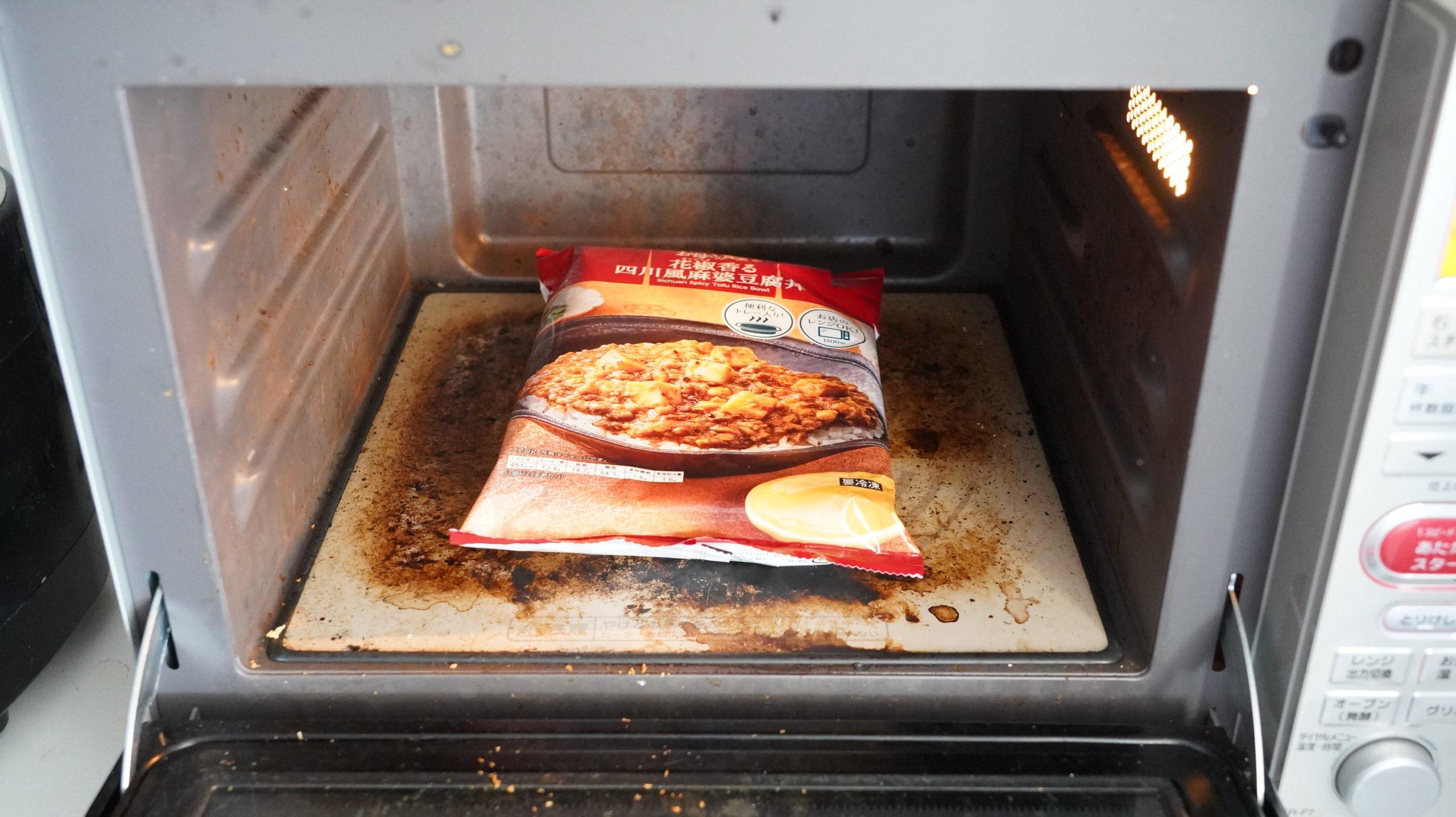 ファミリーマートの冷凍食品「花椒香る四川風麻婆豆腐丼」を電子レンジで加熱している写真