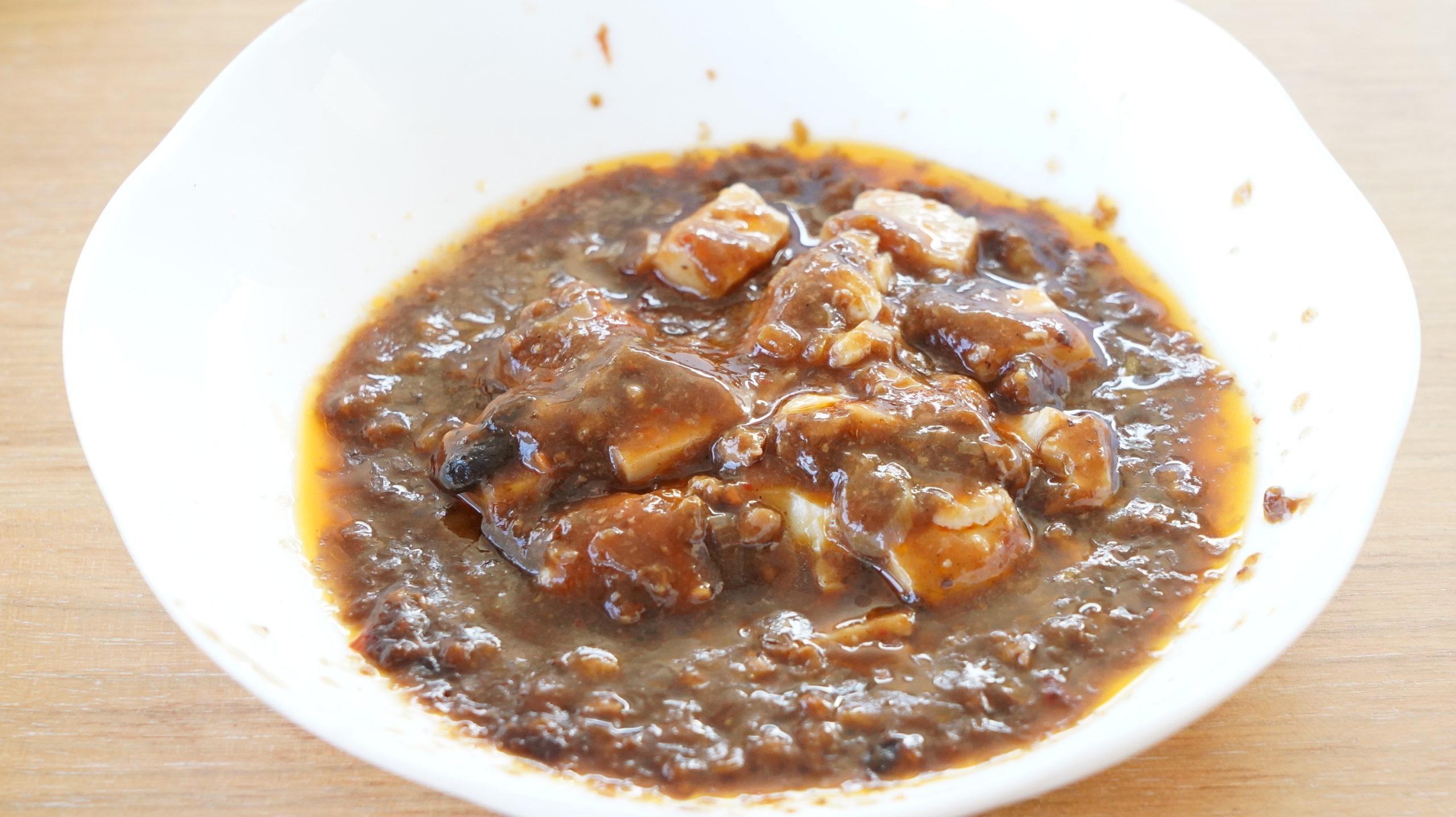 ローソンの冷凍食品「四川風麻婆豆腐」を皿に盛った写真