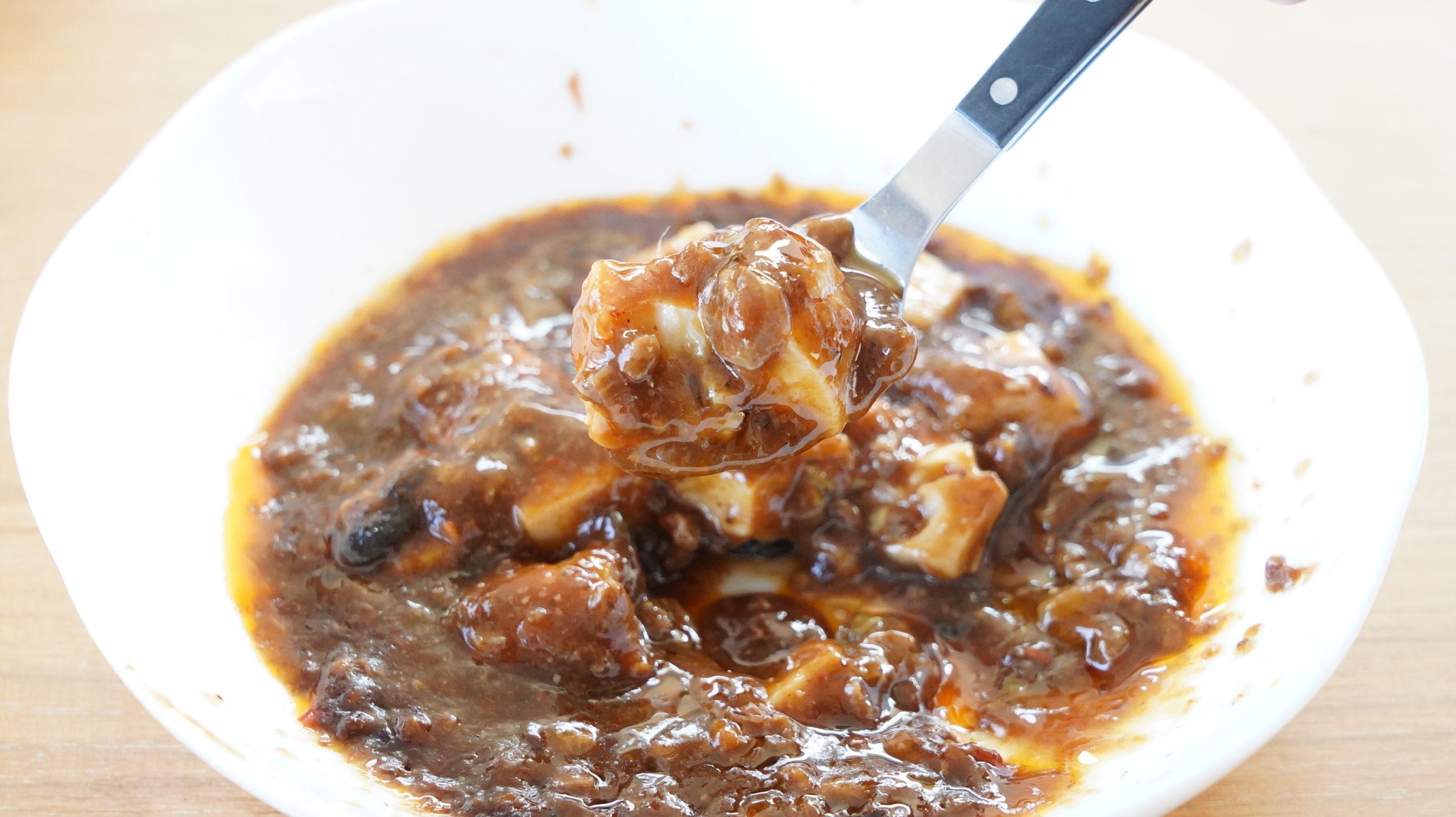 ローソンの冷凍食品「四川風麻婆豆腐」をスプーンですくっている写真