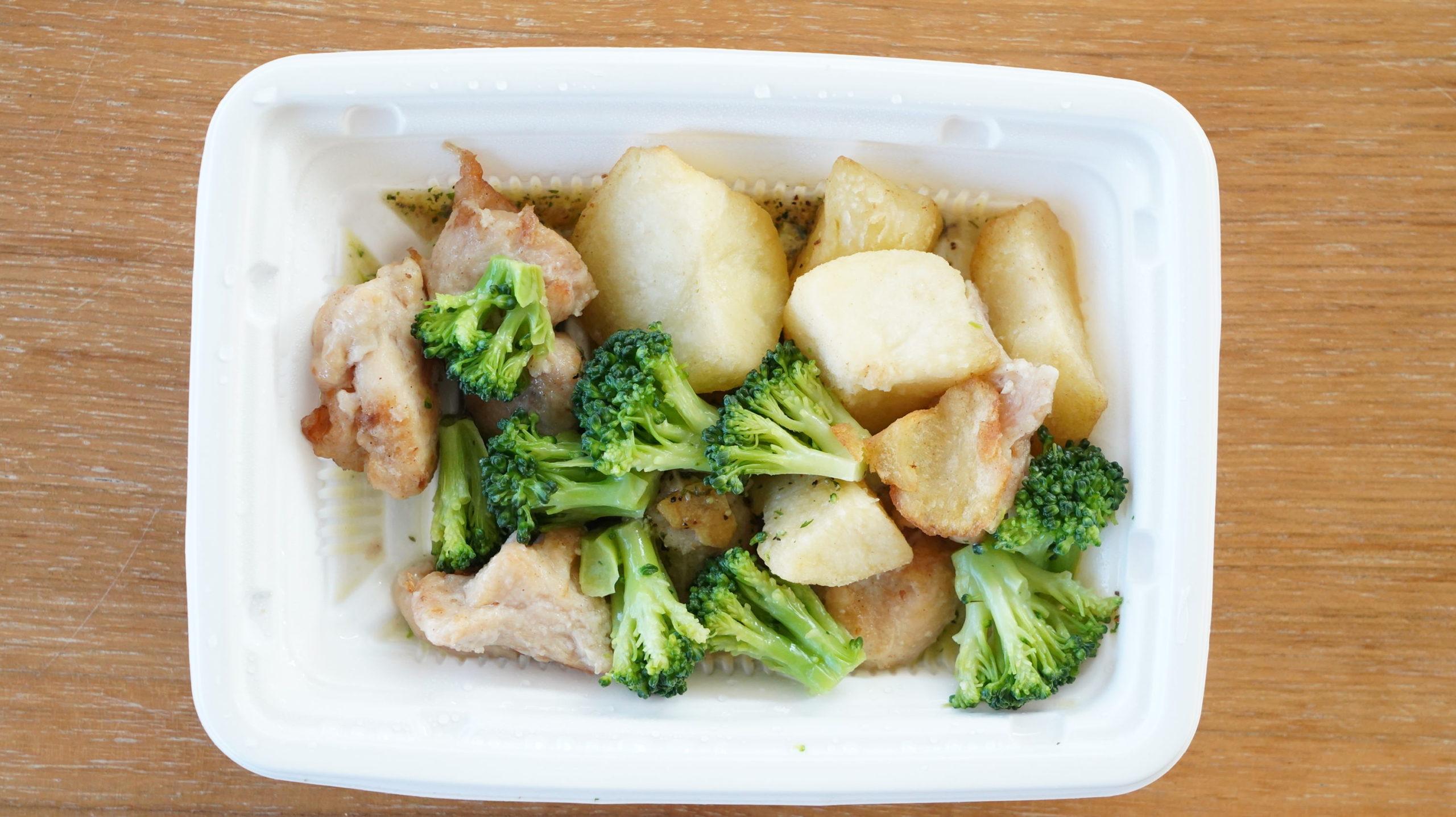 ファミリーマートの冷凍食品「野菜とチキンのアヒージョ風」を上から撮影した写真