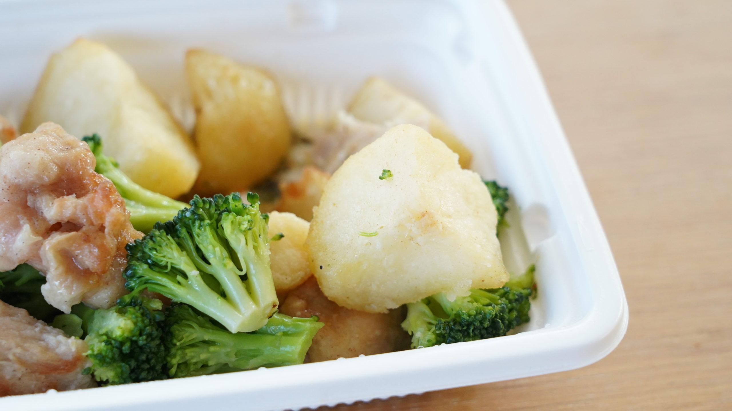 ファミリーマートの冷凍食品「野菜とチキンのアヒージョ風」の具材の写真